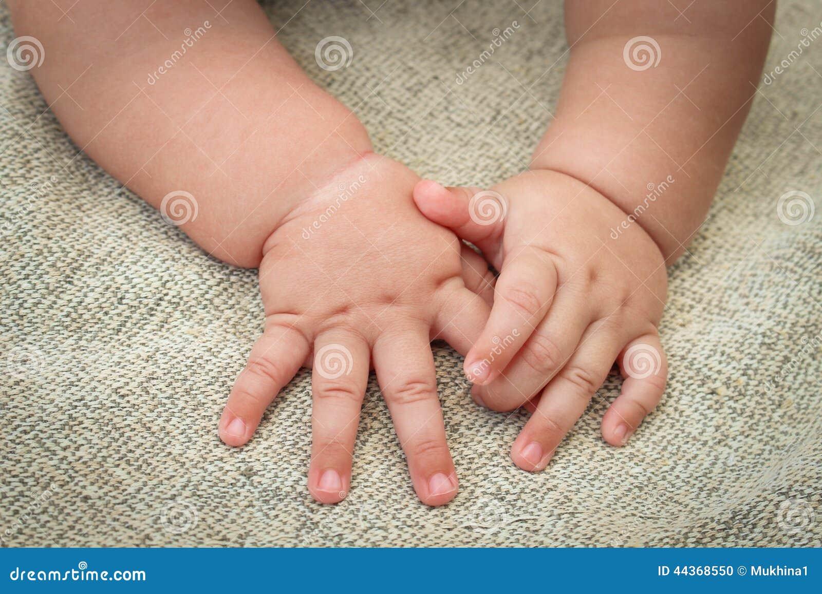 Mani del bambino appena nato