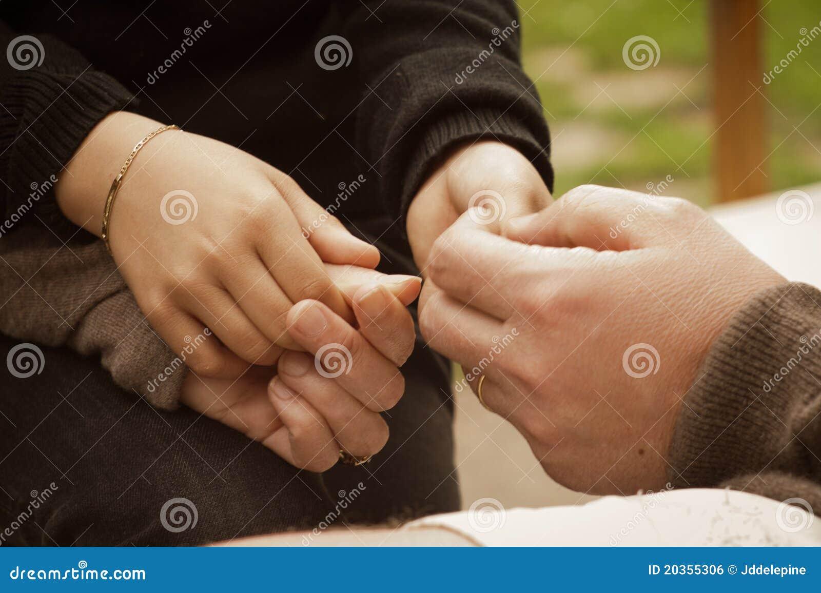 Mani del bambino in sue mani dei genitori