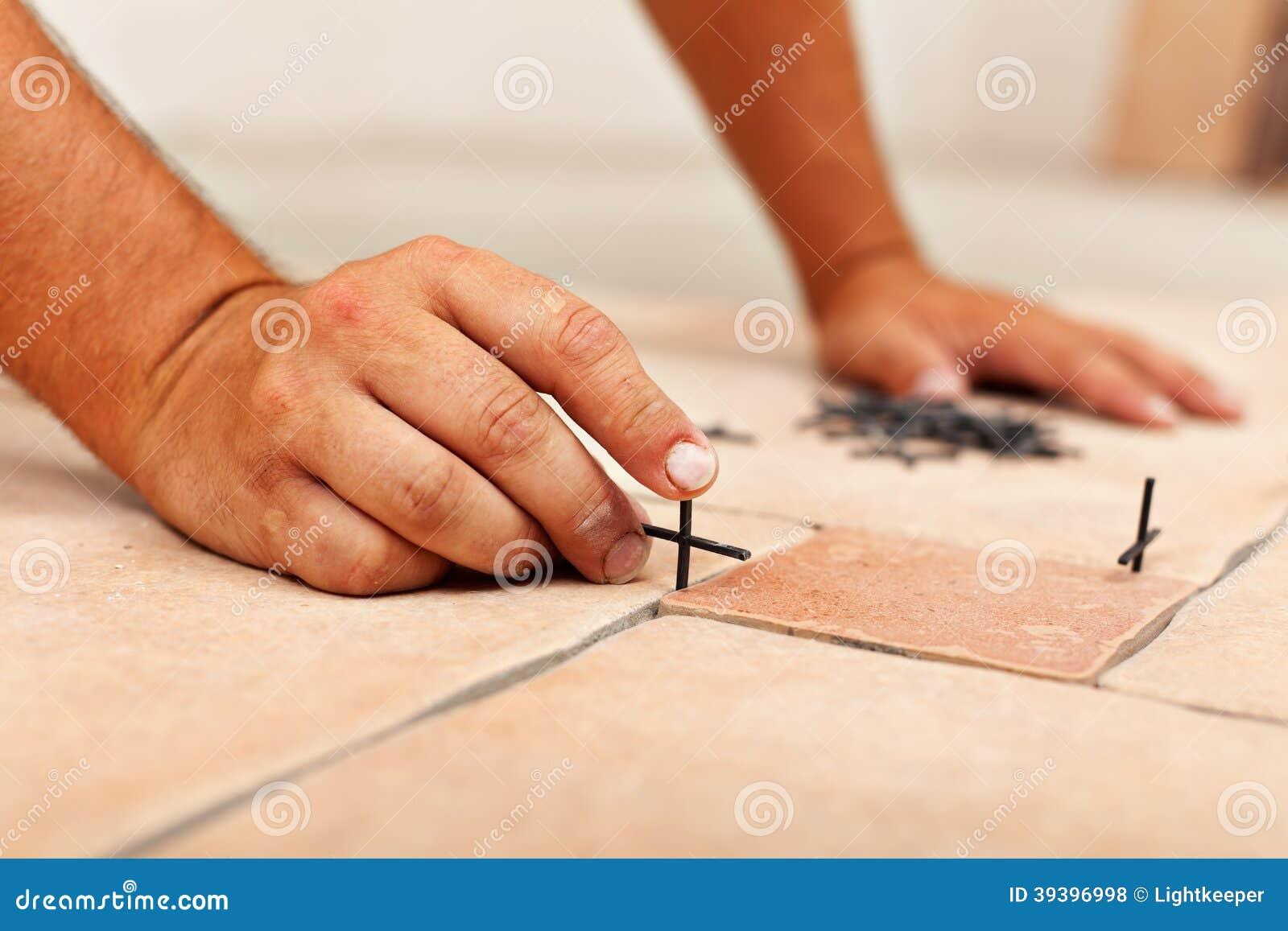 Mani del lavoratore che dispongono i distanziatori fra le