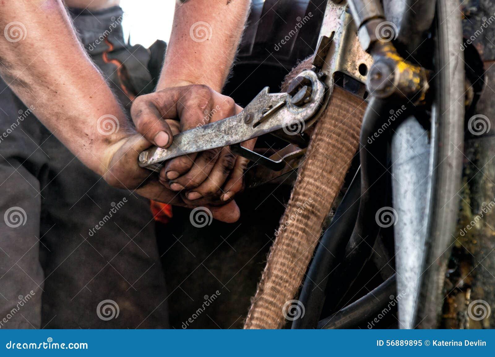 Mani del lavoratore sporco
