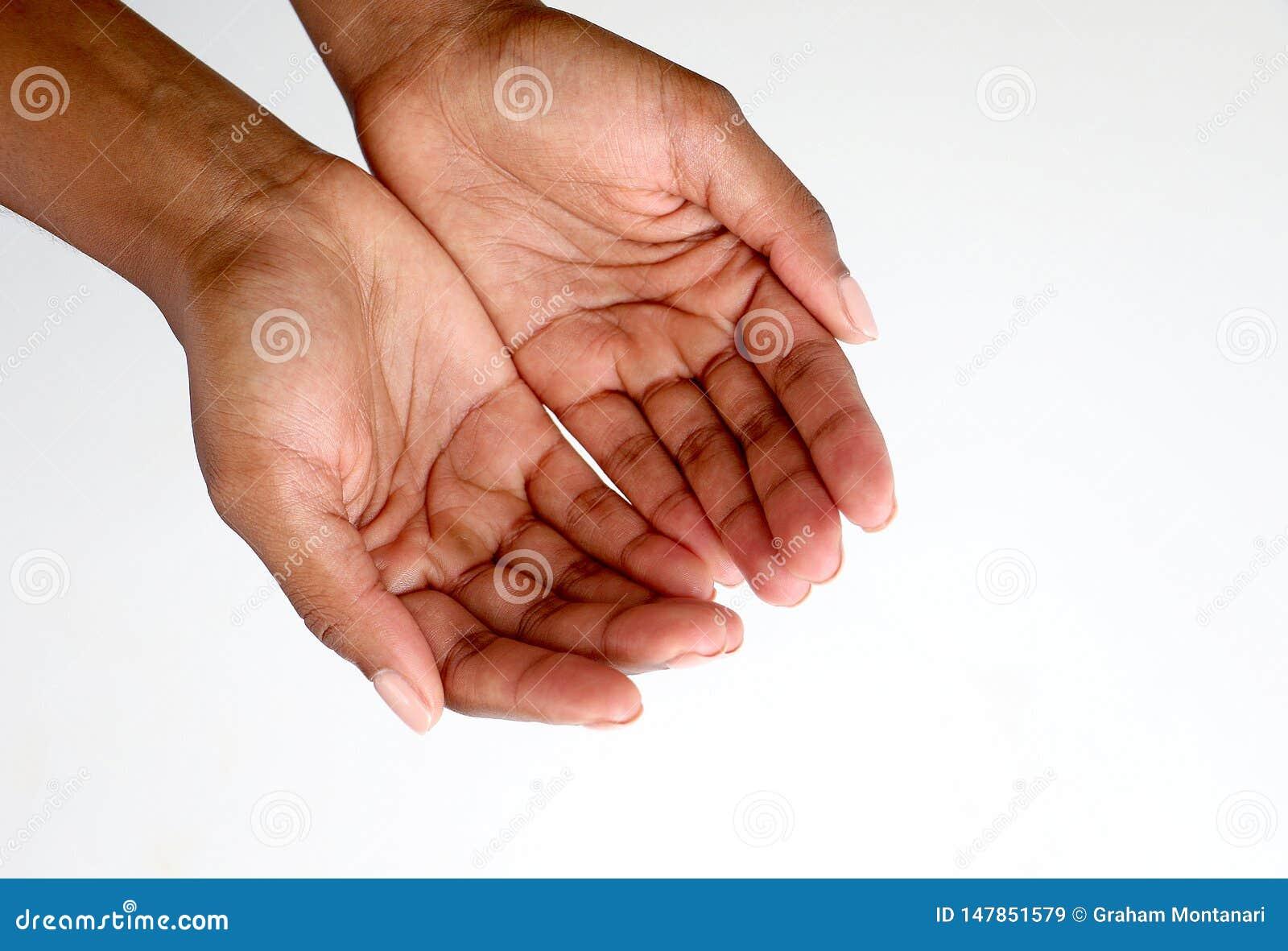Mani dell africano nero che elemosinano, aperte ed a coppa
