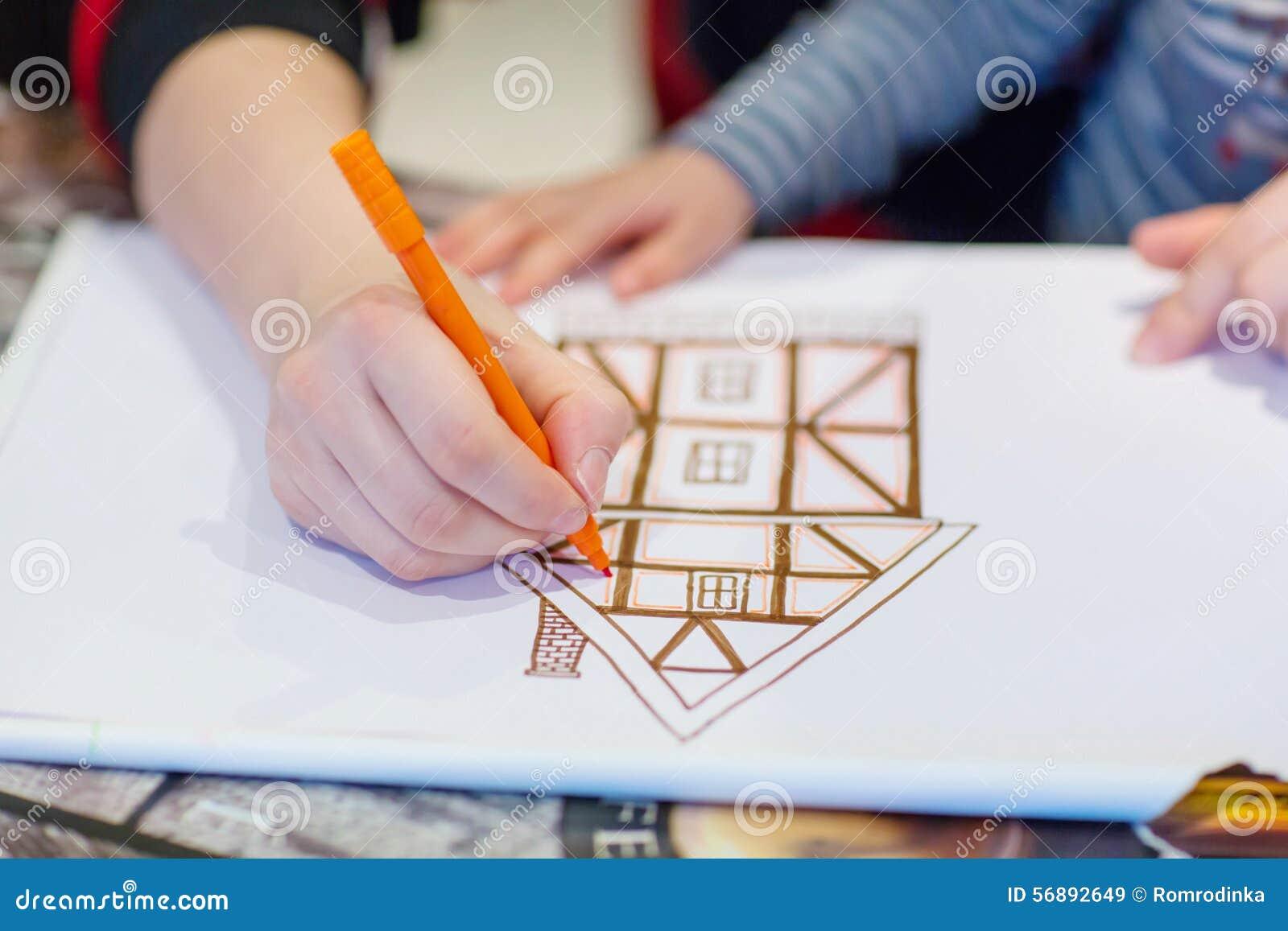 Mani dell immagine del disegno bambino del piccolo e del papà della casa