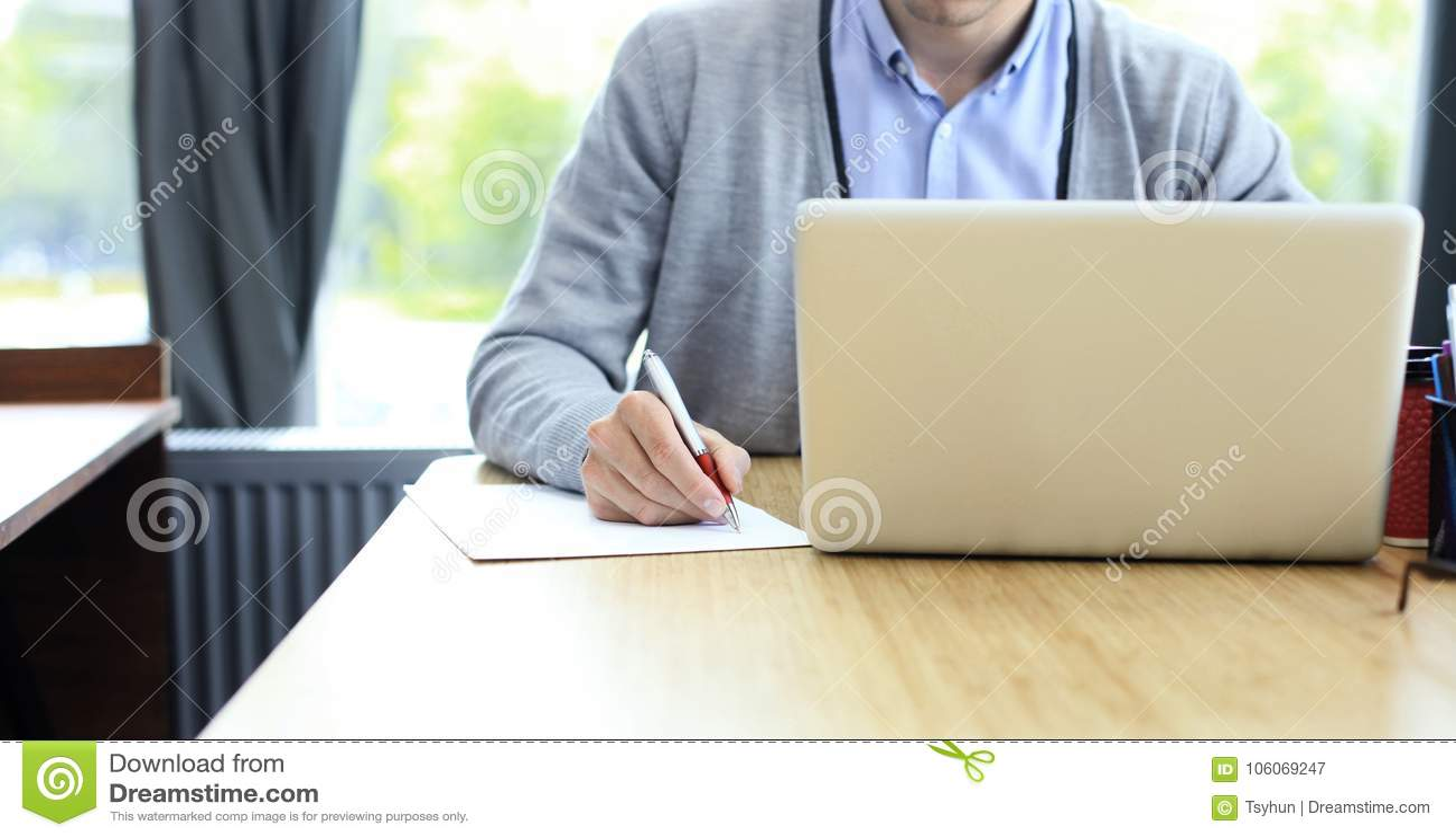 Mani dell uomo d affari che indicano al documento di affari closeup