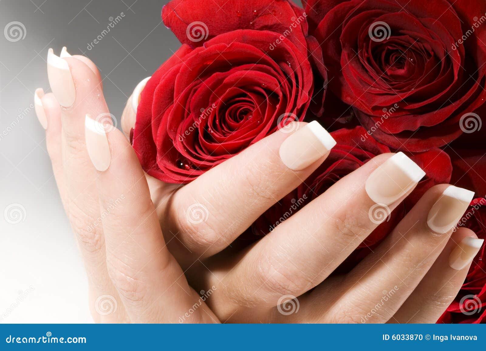Mani della donna con le rose rosse