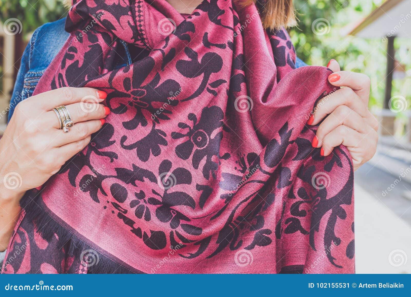 Mani della donna di Yong con la sciarpa del cashmere Isola di Bali