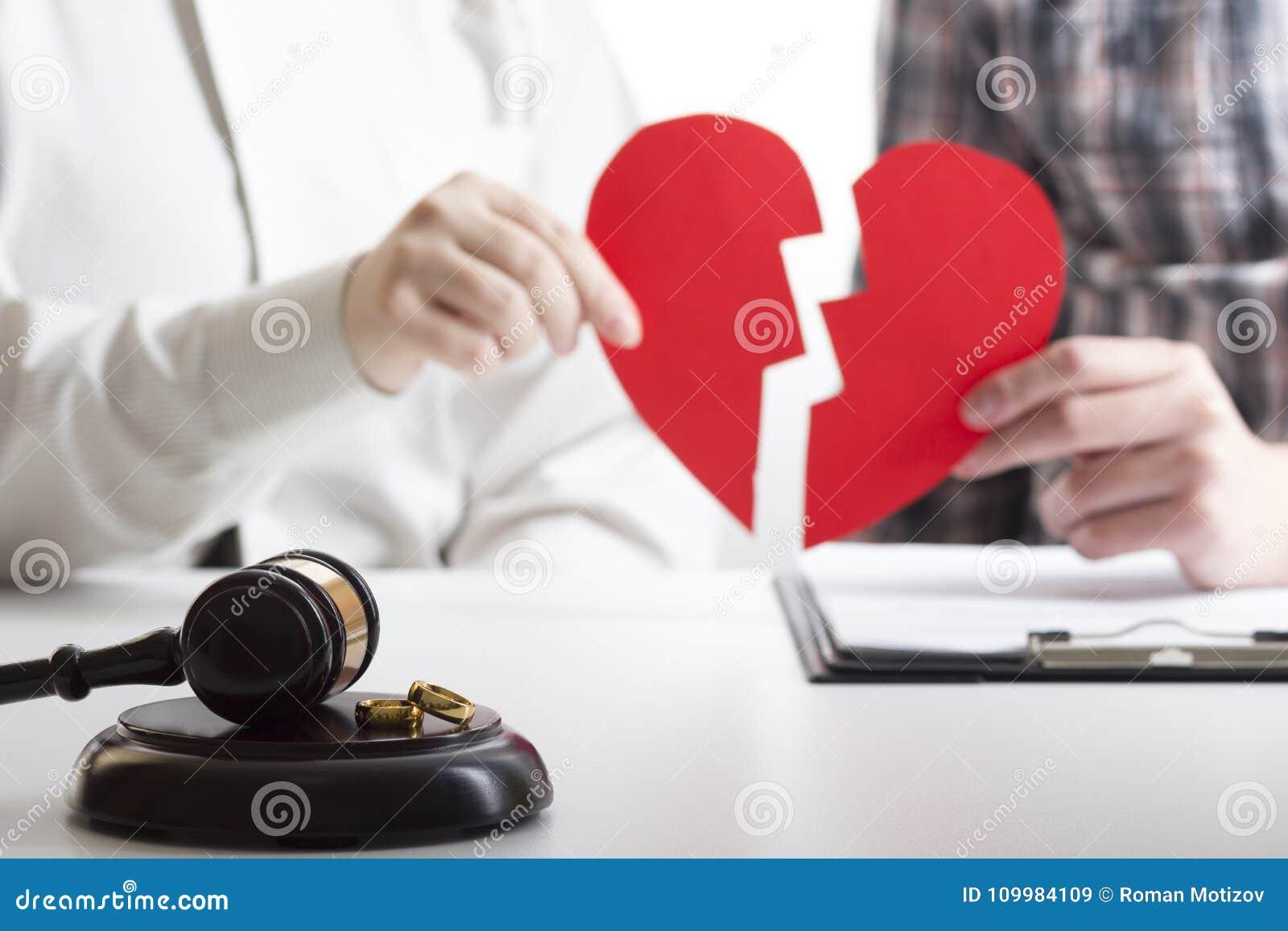 Mani della moglie, sentenza di divorzio di firma del marito, dissoluzione, annullante matrimonio, documenti di separazione legale