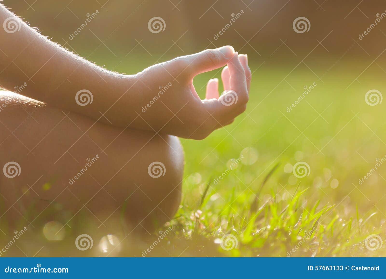Mani della ragazza nella posa di meditazione di yoga