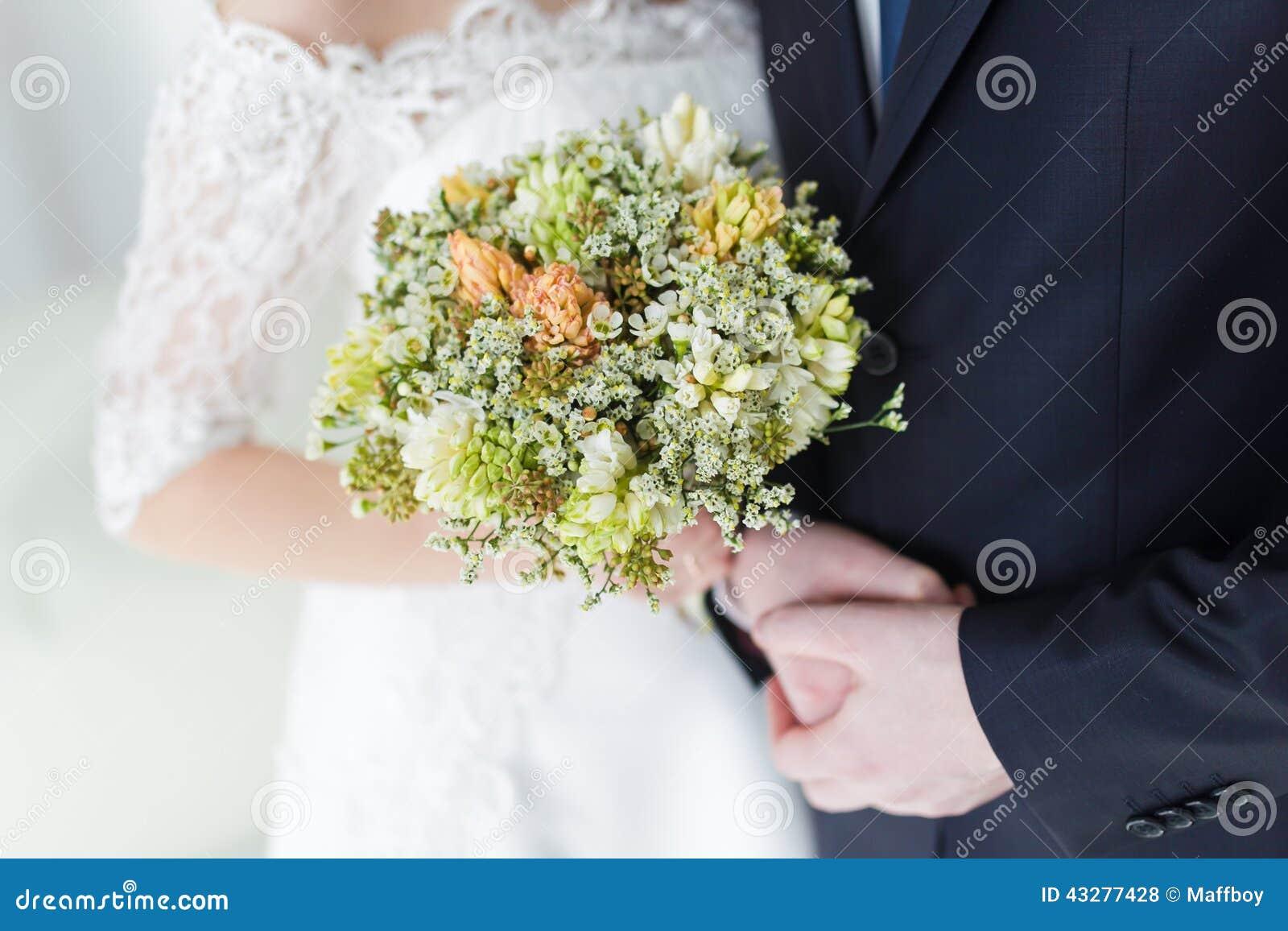 Mani delle coppie sulla cerimonia nuziale