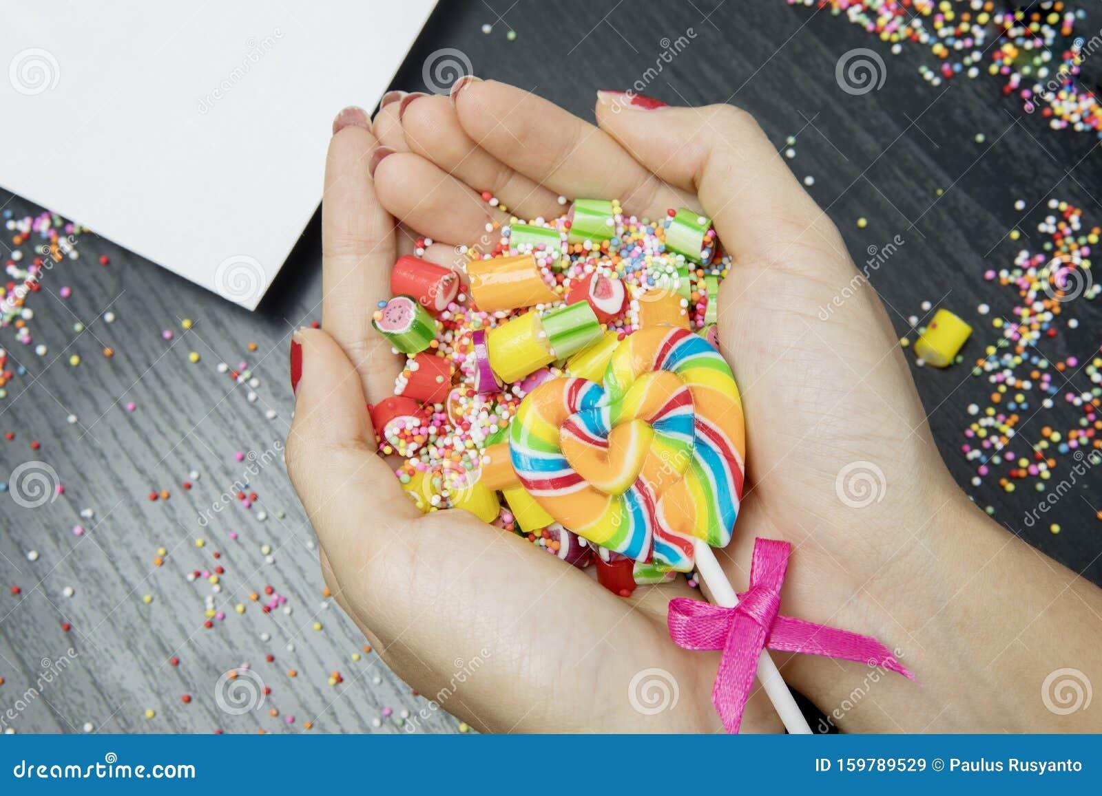Mani Delle Donne Che Tengono Caramelle Colorate Assortite ...