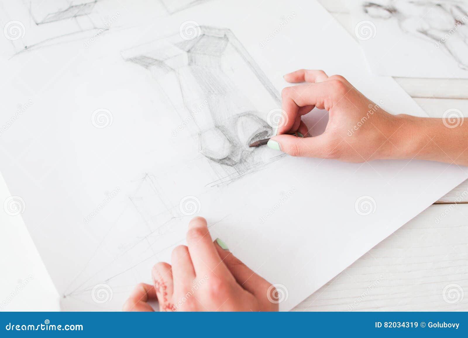 Mani Dello Schizzo Del Disegno Dell Artista Con La Matita