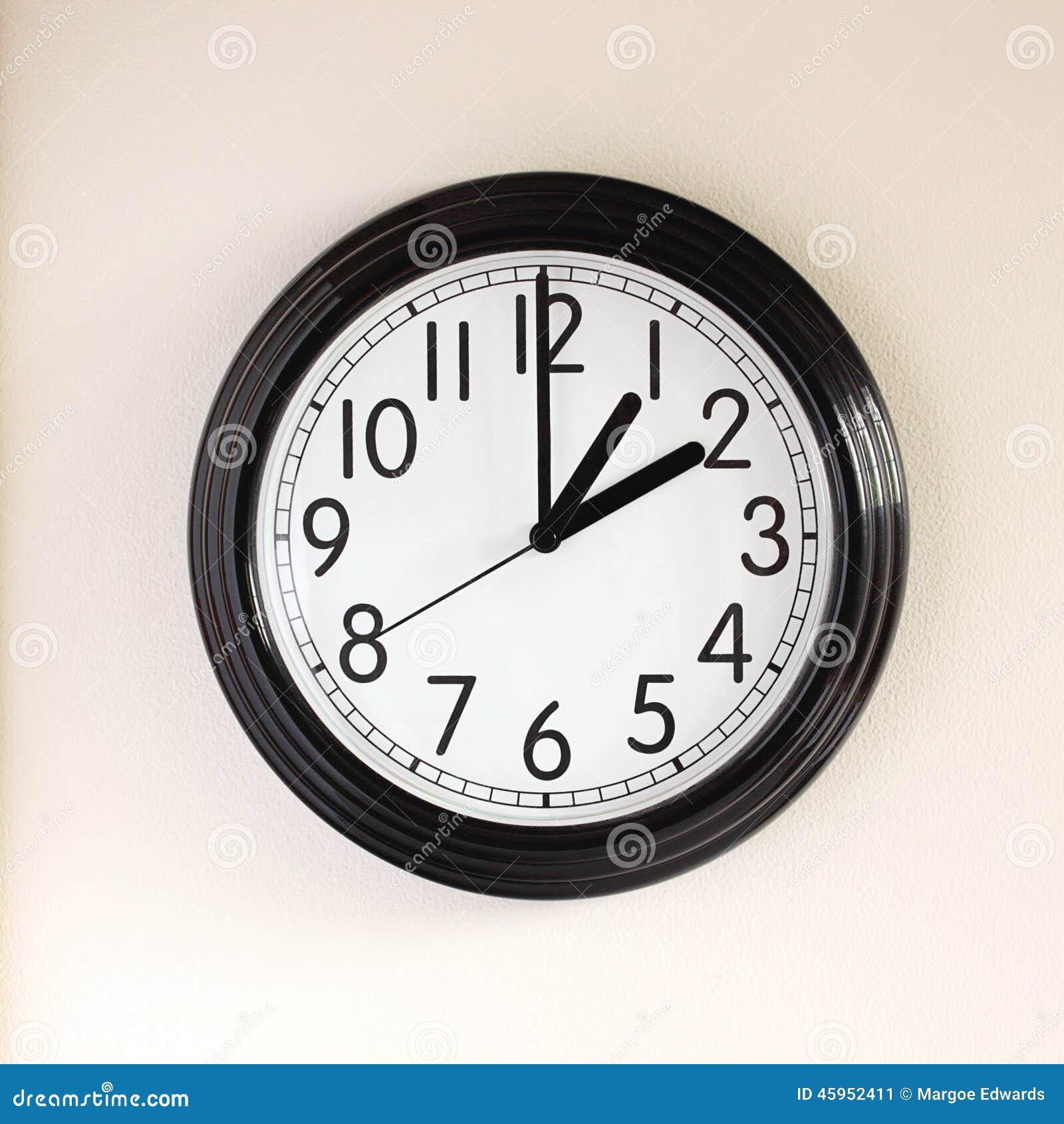 Mani di orologio che si muovono dal risparmio di luce del for Case del seminterrato di luce del giorno