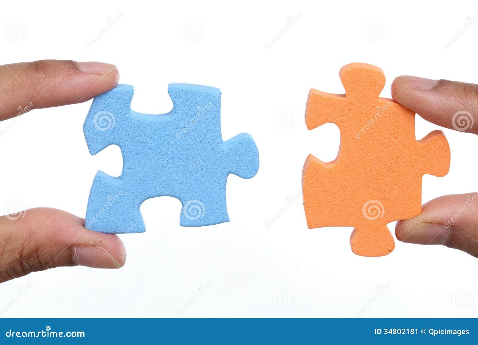 Attaccare Due Foto.Mani Per Attaccare Due Pezzi Del Puzzle Immagine Stock