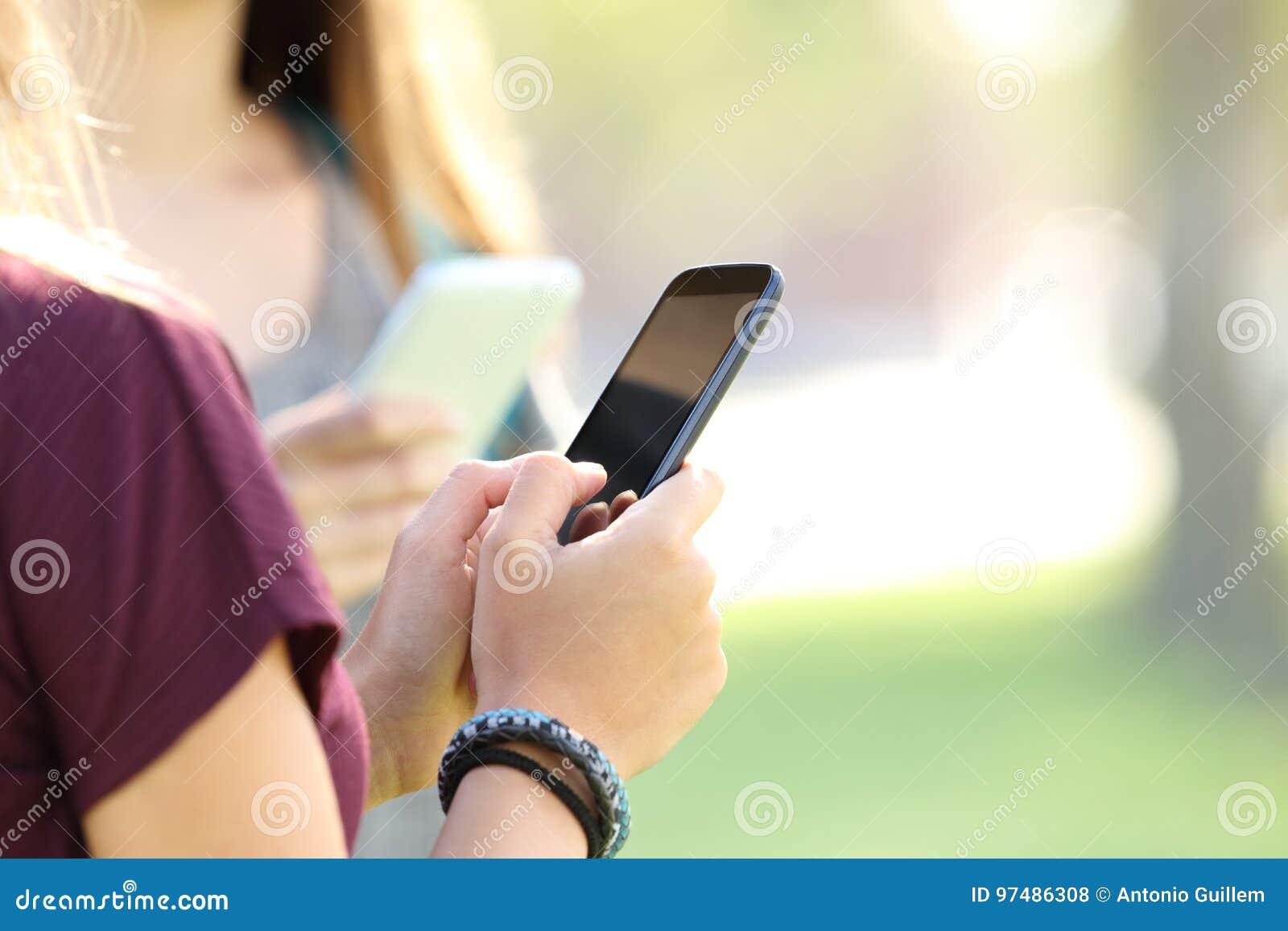 Mani teenager facendo uso degli Smart Phone
