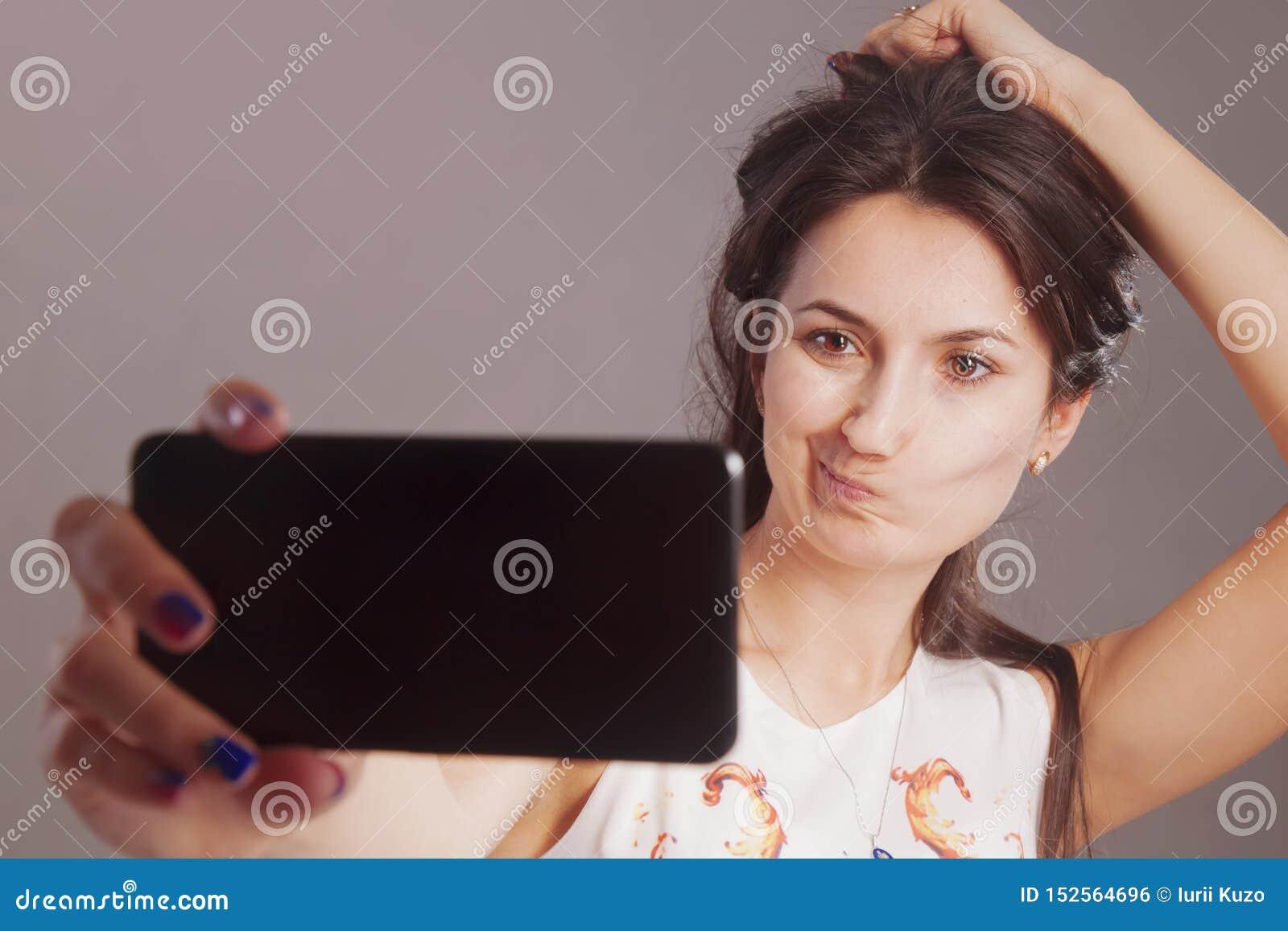 Mania de Selfie Retrato de encantar a mulher caucasiano que toma o selfie no telefone esperto