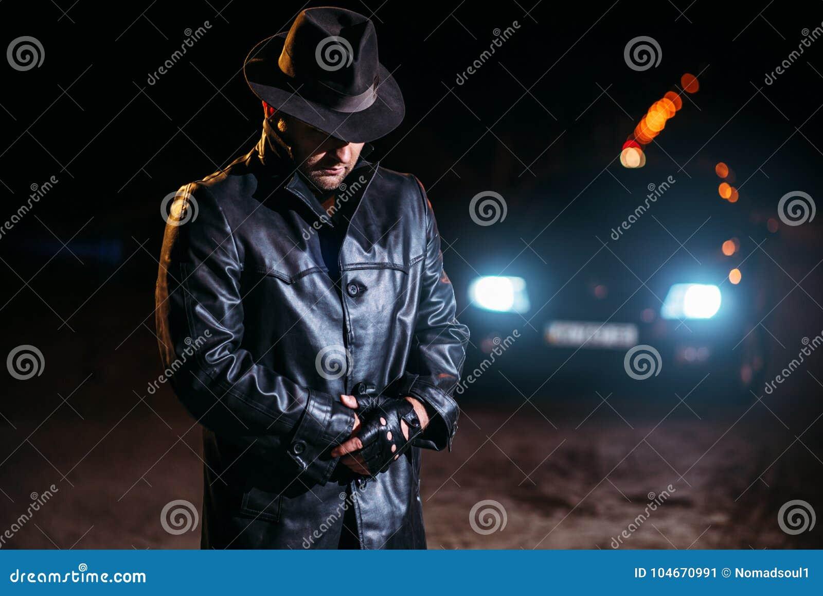 Maniaczka w czarnym żakiecie rzemiennym kapeluszu i, tylny widok