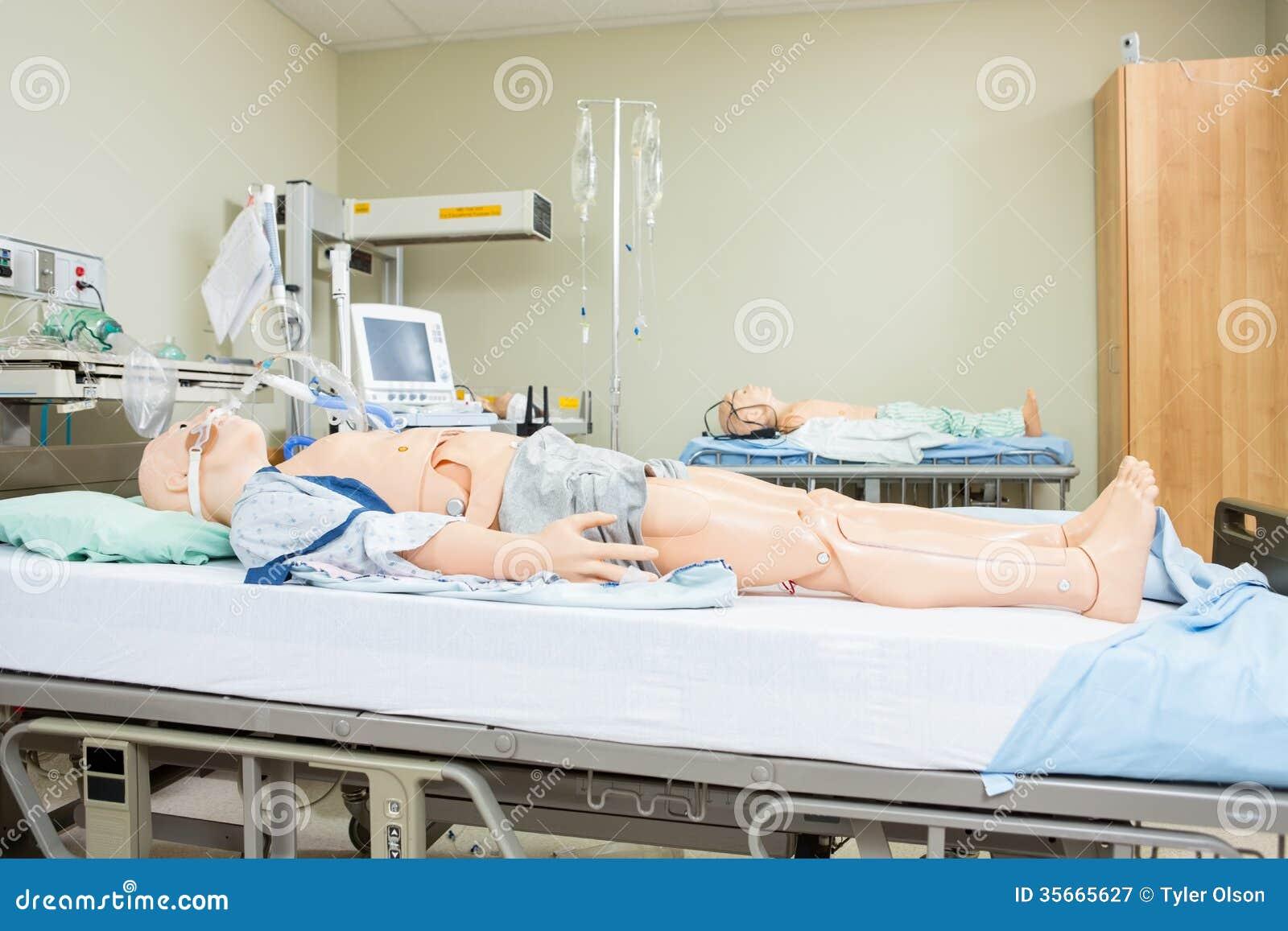 Manichini sul letto di ospedale immagine stock immagine for Simulazione medicina