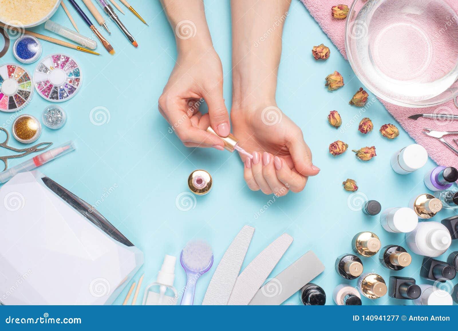 Manicura - herramientas para crear, los pulimentos del gel, el cuidado y la higiene para los clavos Salón de belleza, salón del c
