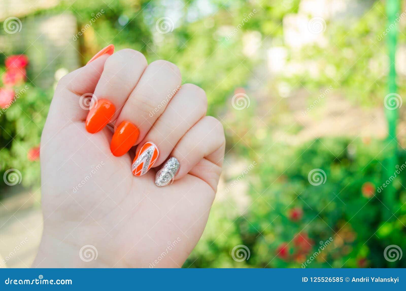 Manicura perfecta y clavos naturales Diseño moderno atractivo del arte del clavo diseño anaranjado del otoño clavos bien arreglad