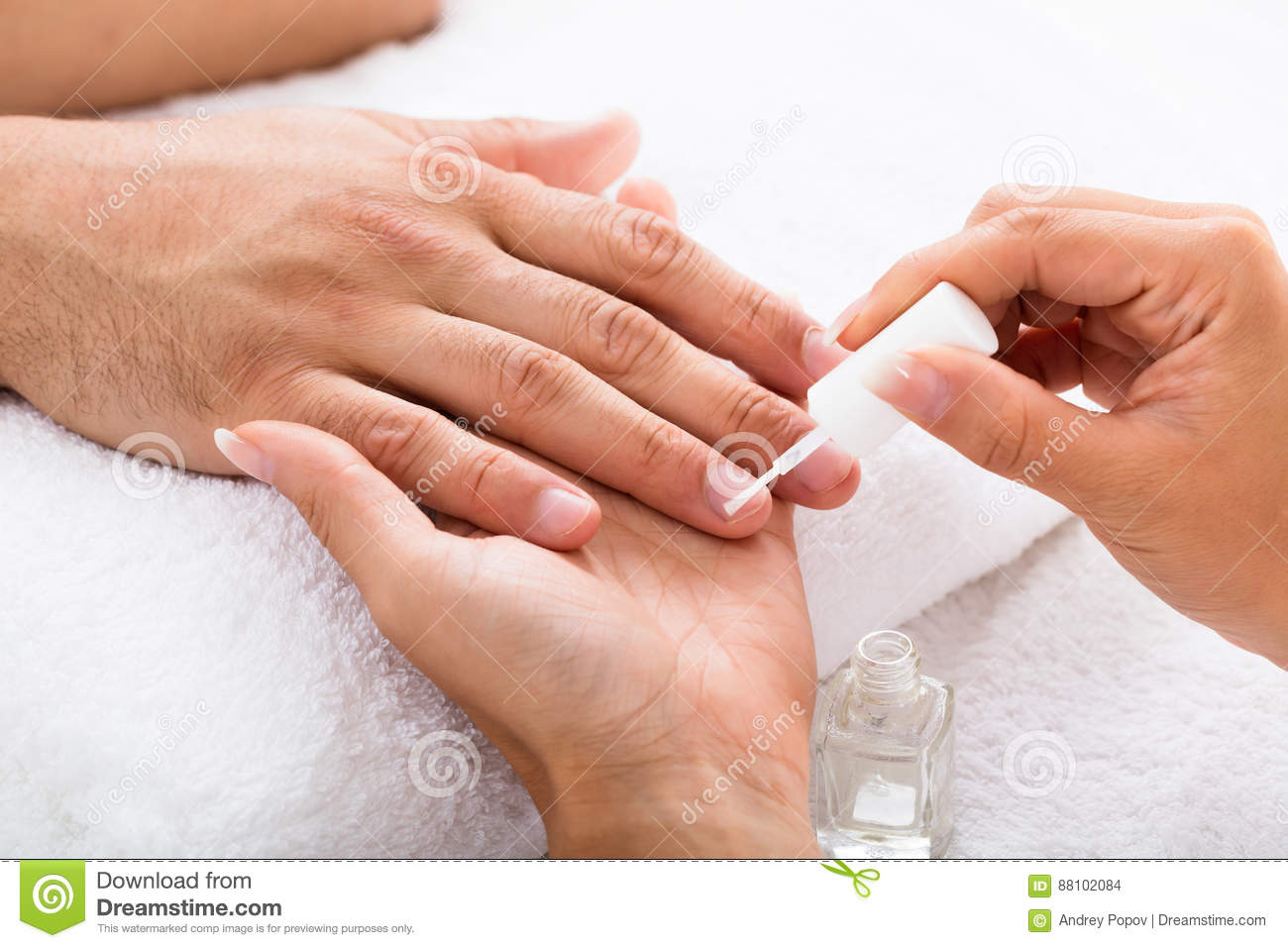 Manicure Applying Moisturizing Oil op Persoons` s Hand