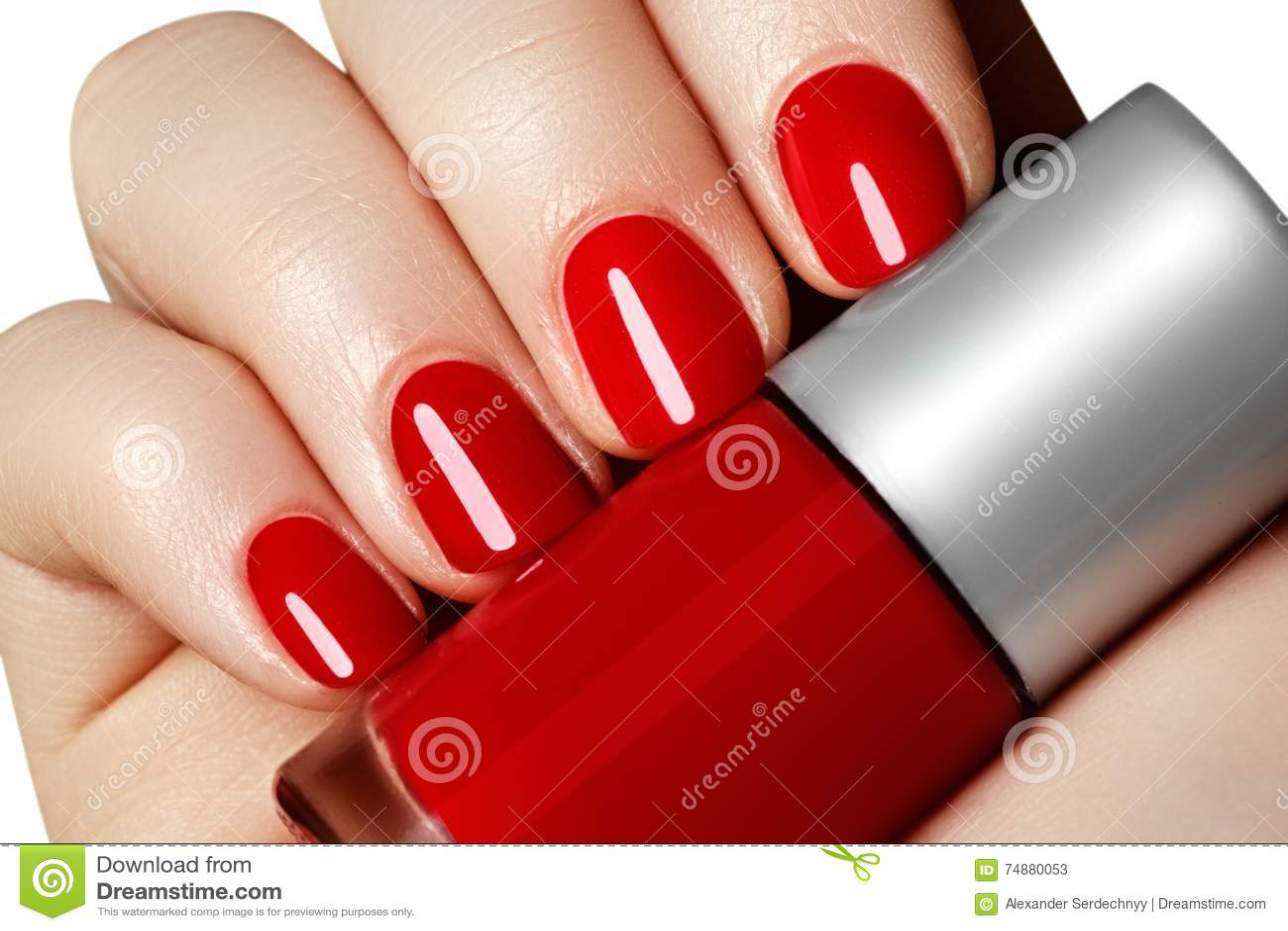Manicure As mãos da mulher manicured bonita com verniz para as unhas vermelho