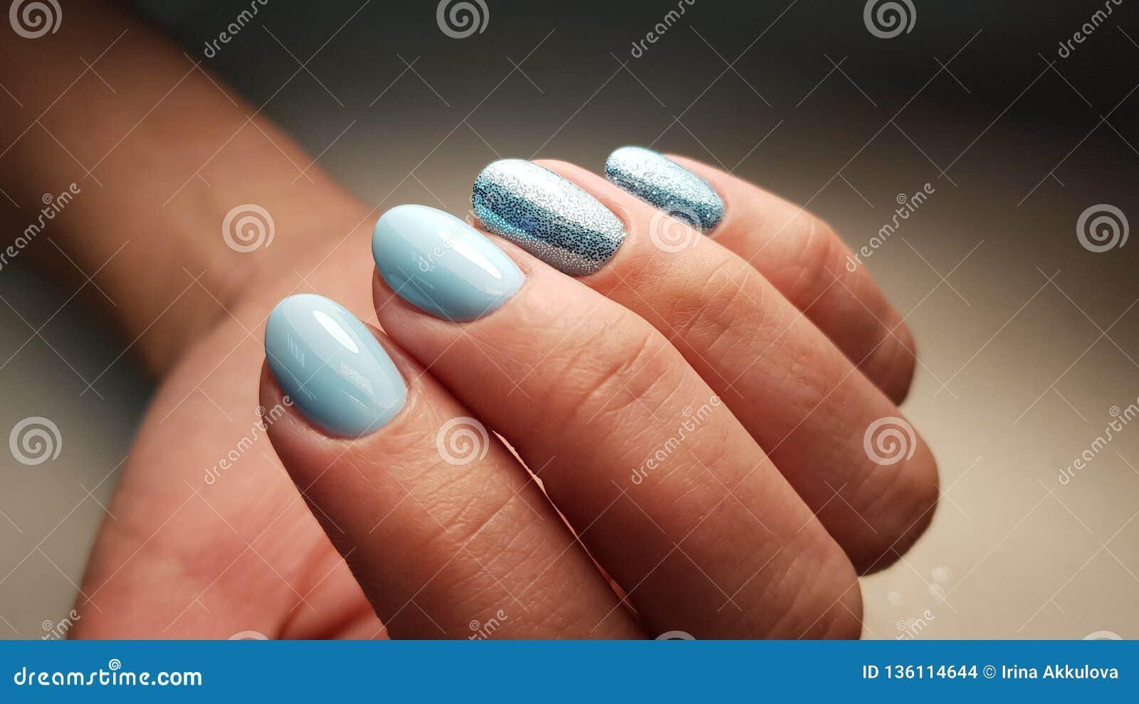 Manicure blu della lucidatura del gel