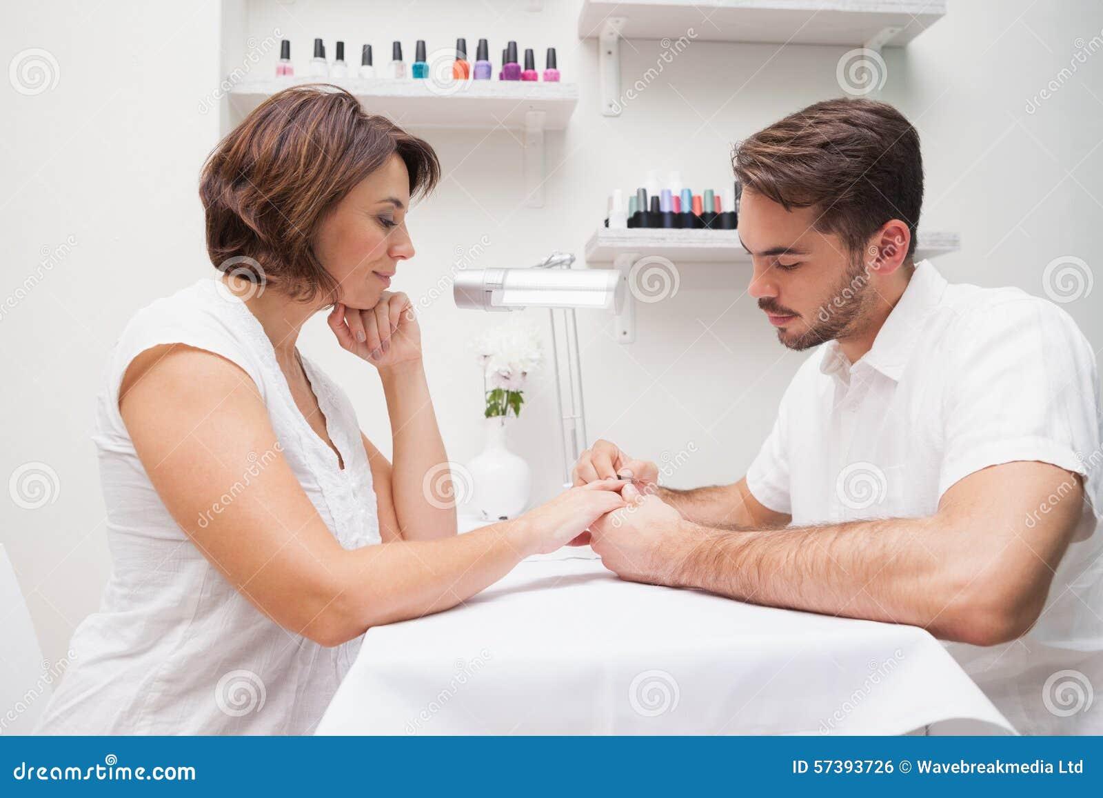 Manicure die klant een manicure geven
