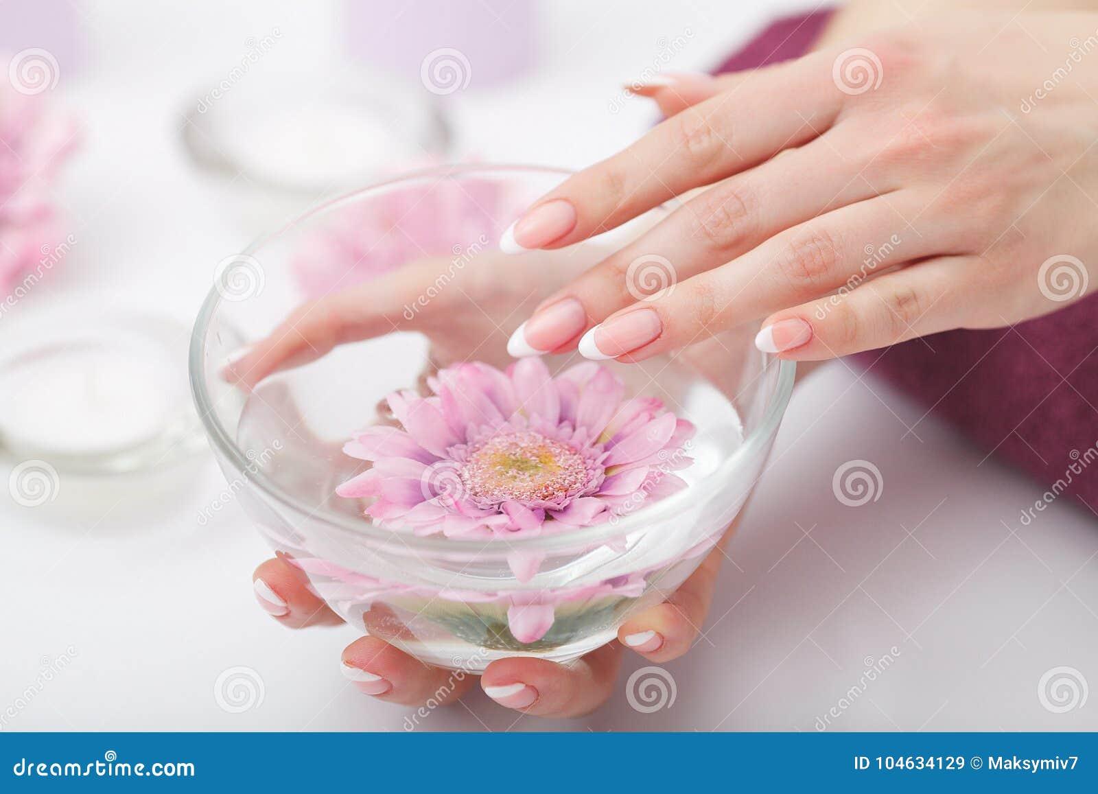 Download Manicure En Hands Spa De Mooie Vrouw Overhandigt Close-up Stock Afbeelding - Afbeelding bestaande uit manicured, mooi: 104634129