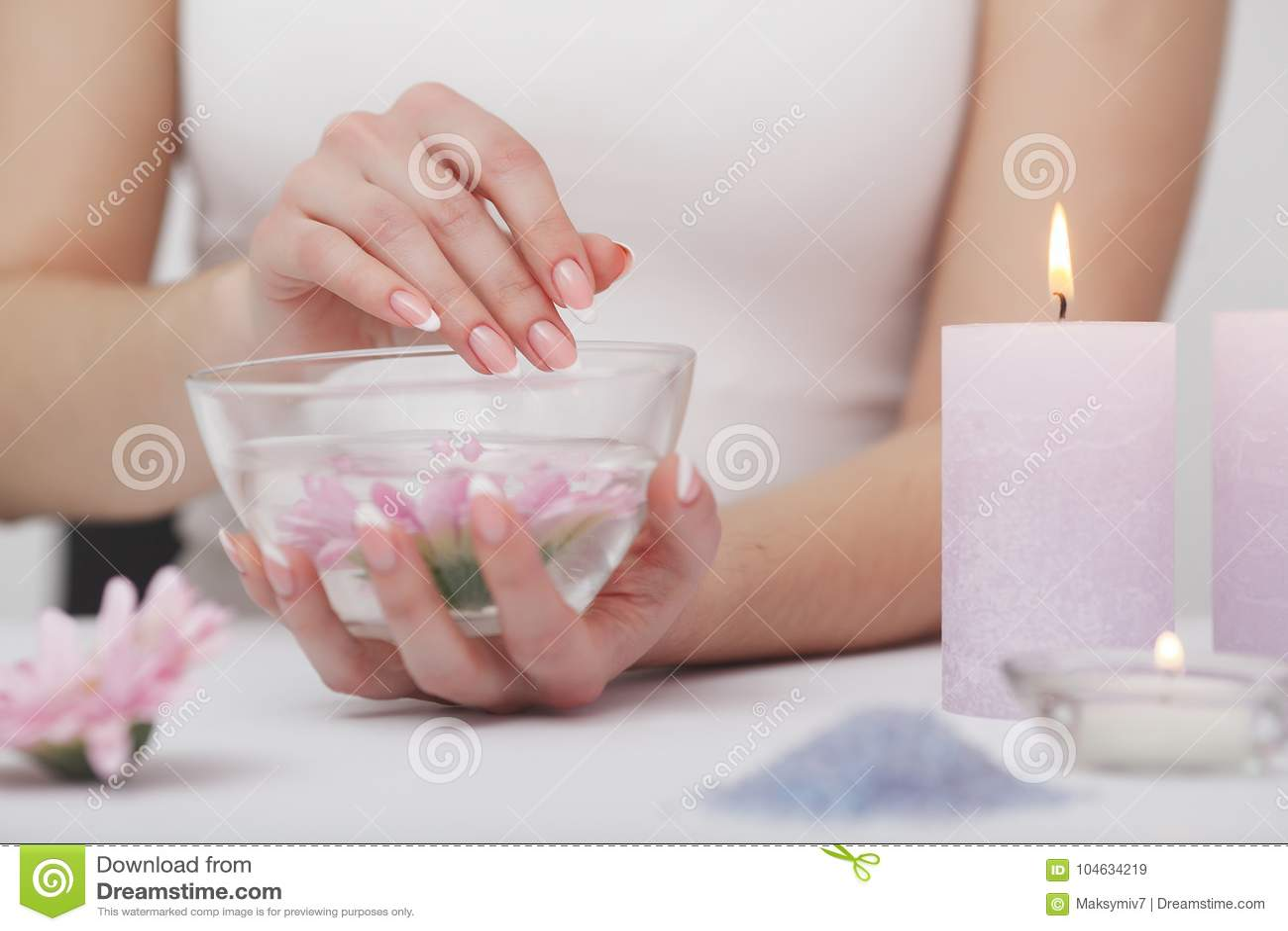 Download Manicure En Hands Spa De Mooie Vrouw Overhandigt Close-up Stock Afbeelding - Afbeelding bestaande uit elegant, geneeskunde: 104634219