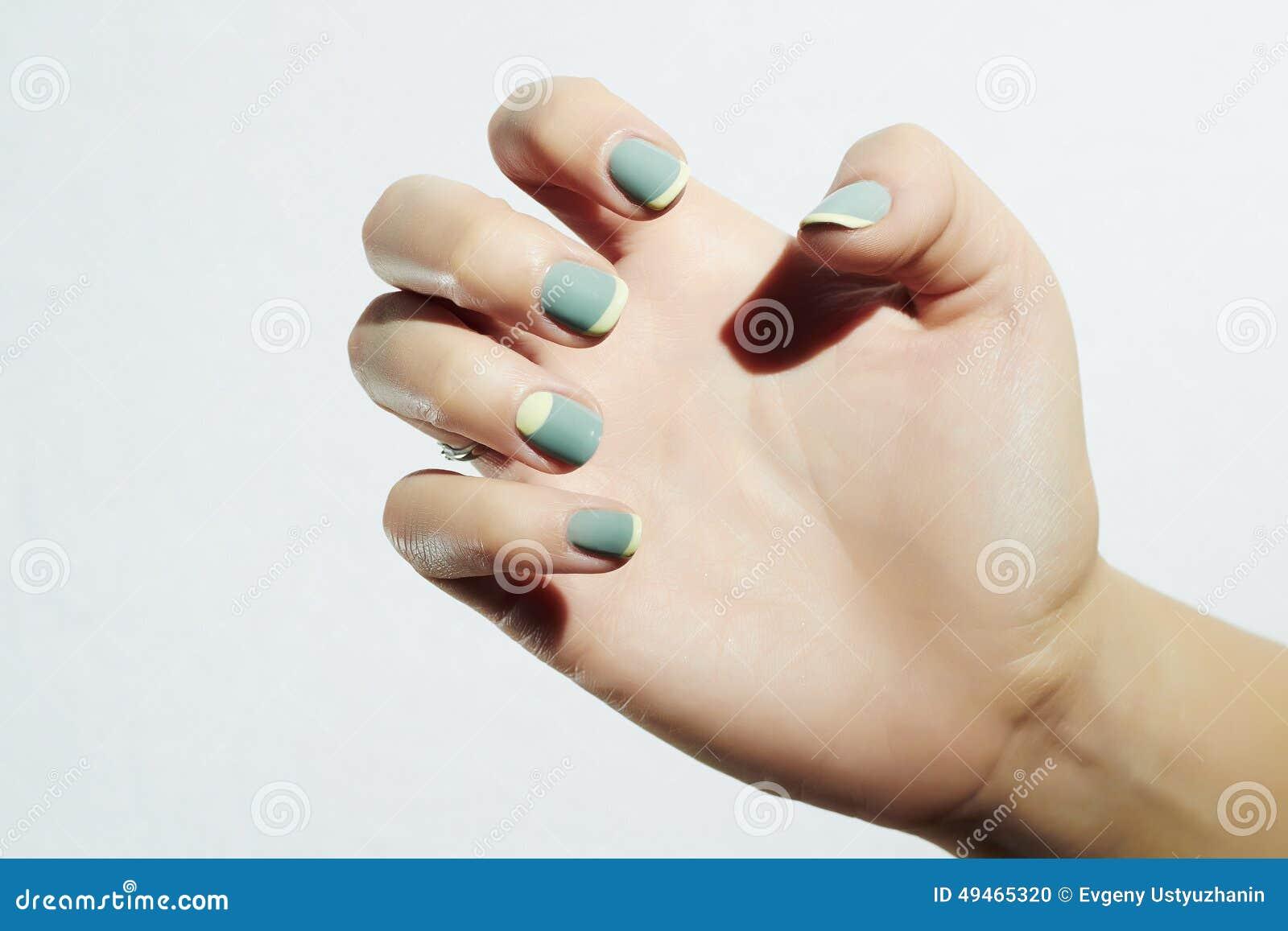 Manicure Kvinnligt räcka Kvinna i skönhetsalong Spika designen