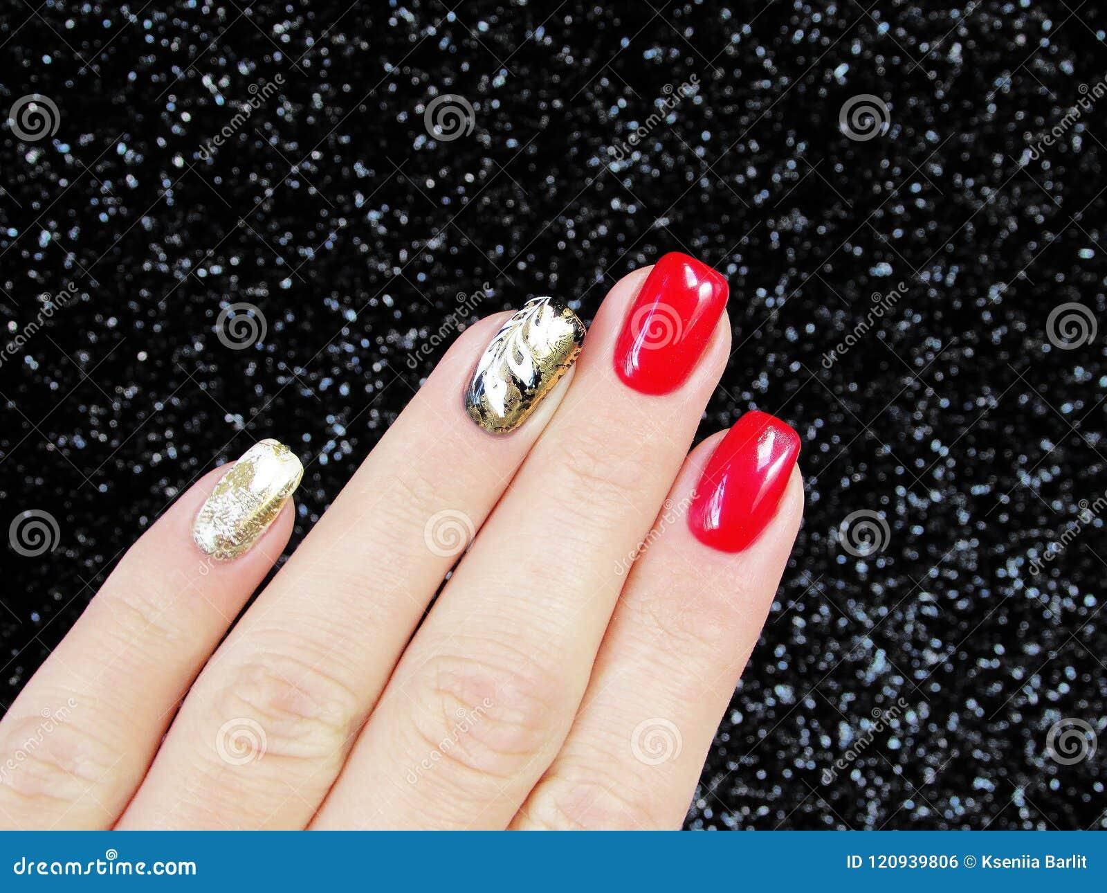 Manicure Les Ongles Avec De L\u0027or D\u0027aluminium, Rouge, Blanc