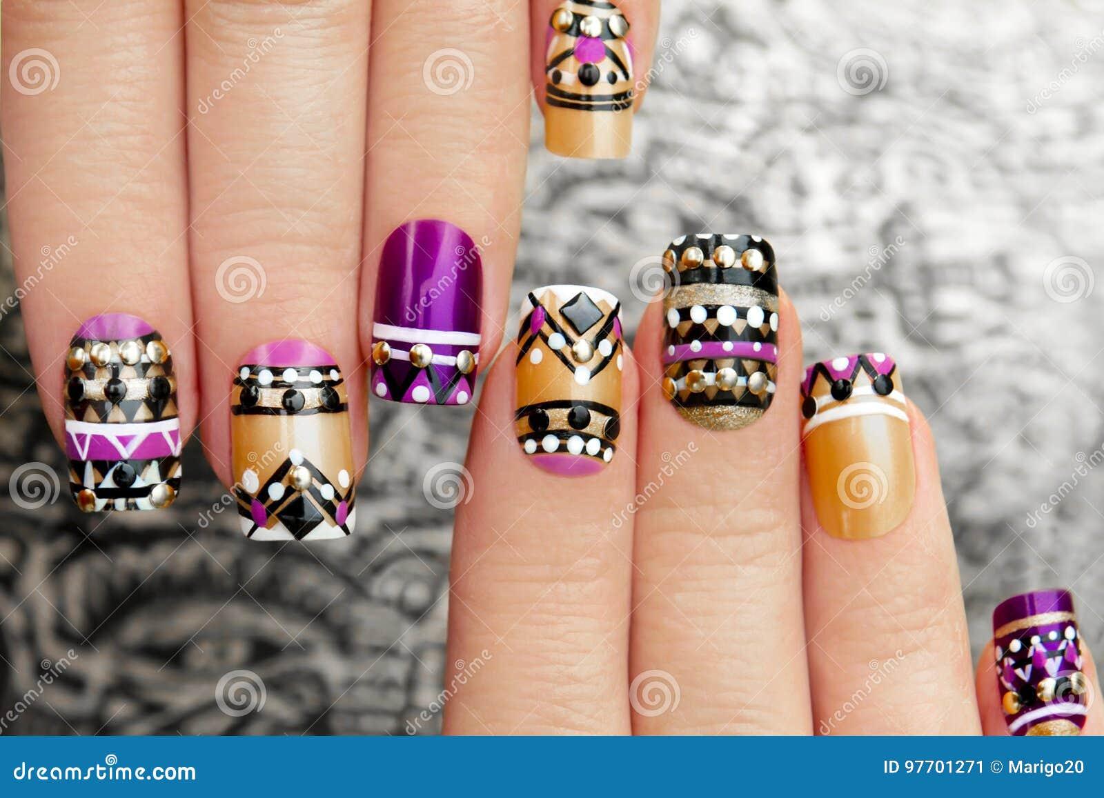 Manicure met kleurrijk etnisch ontwerp