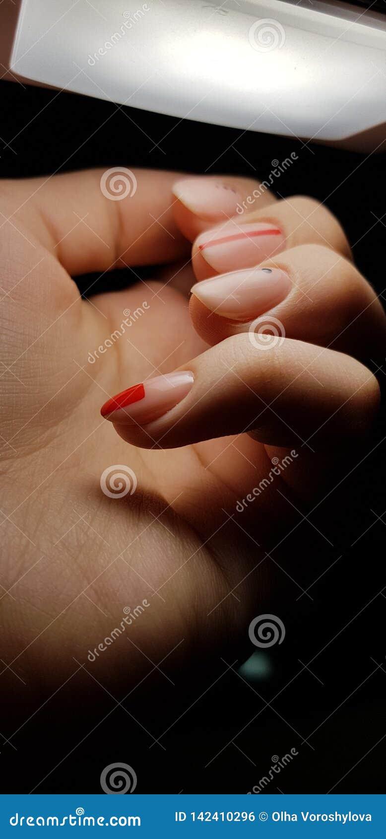 Manicure nudo rosso delle unghie