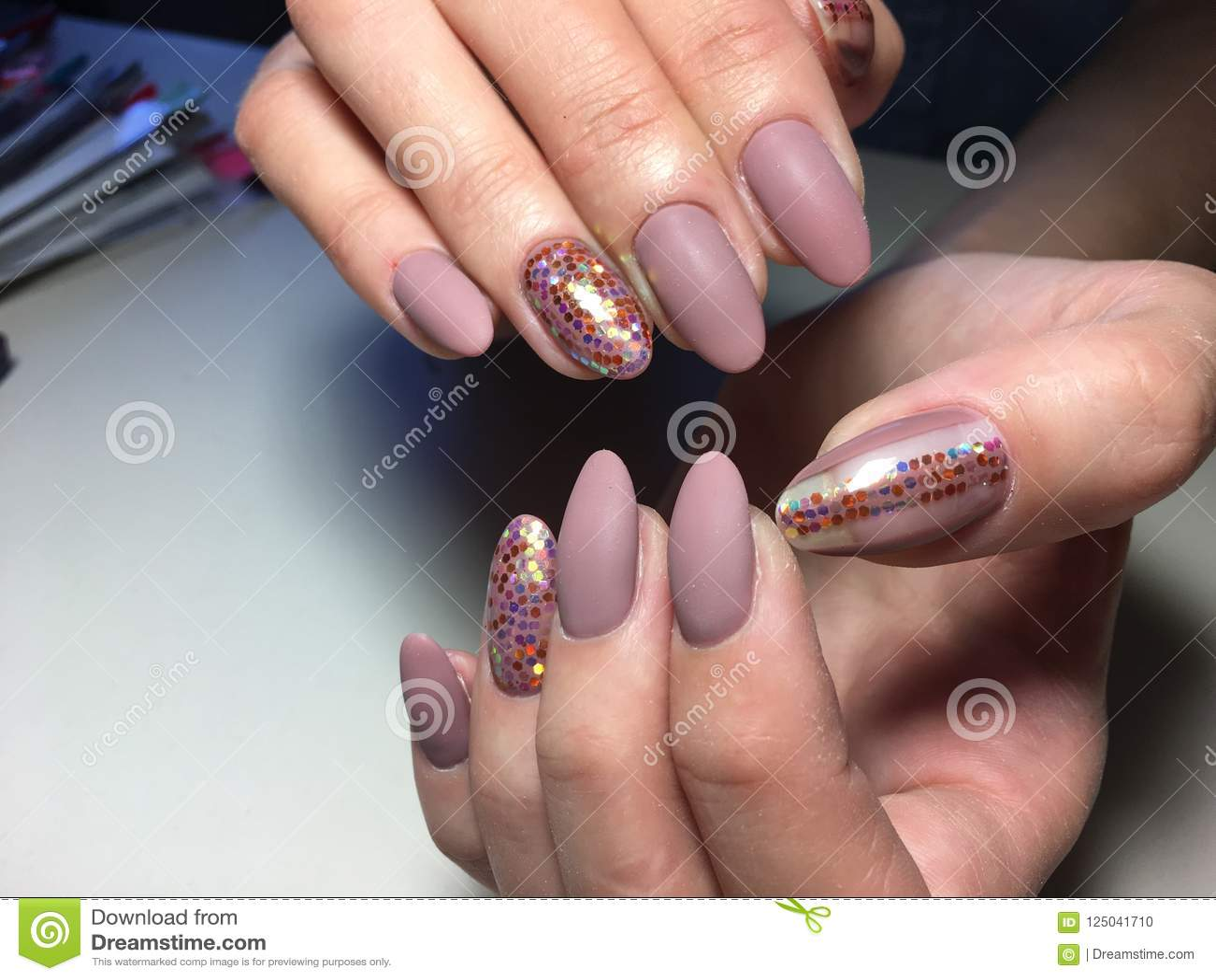 Manicure opaco beige alla moda