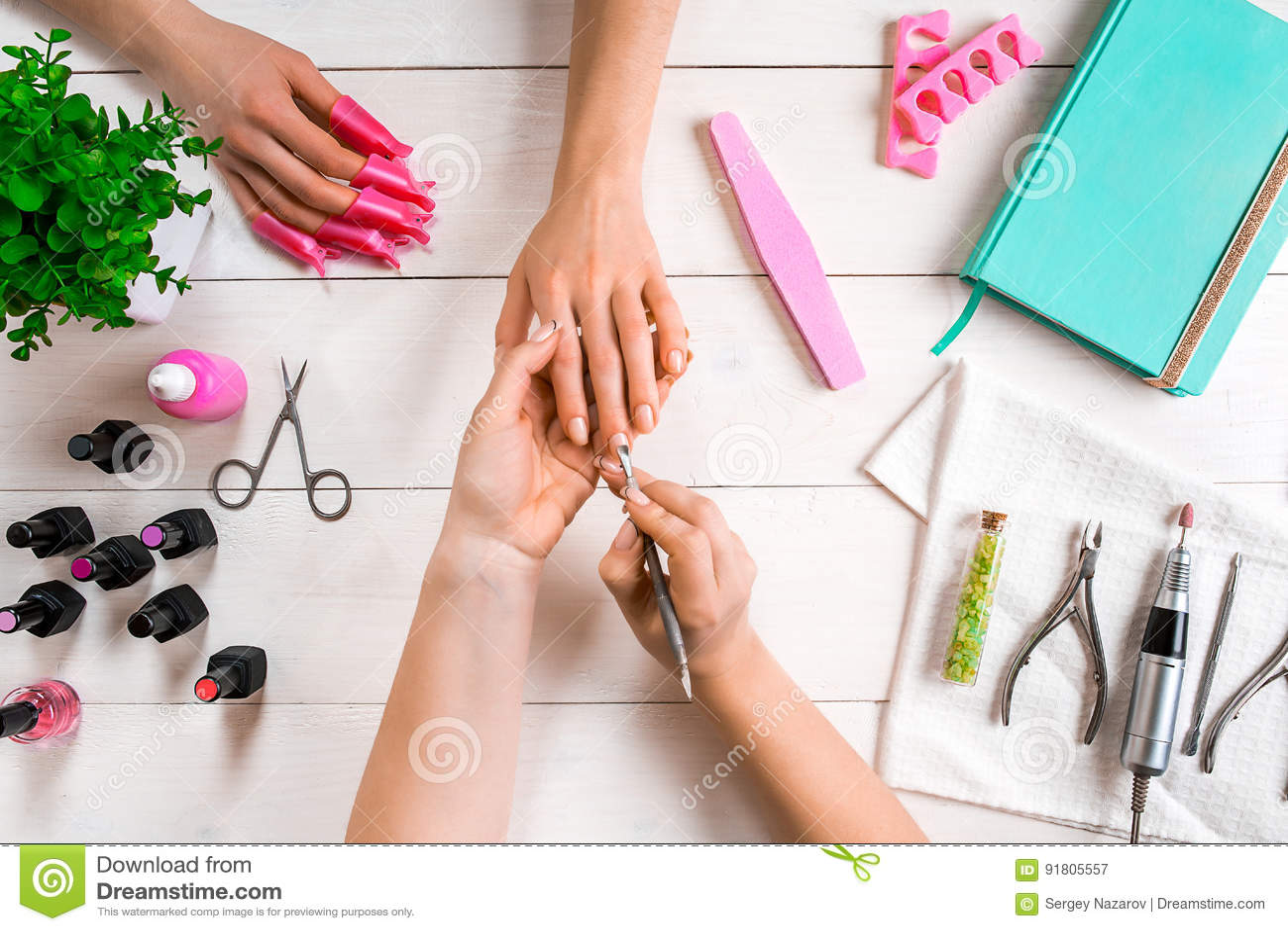 Manicure per il cliente Primo piano delle mani di un manicure e di un  cliente su