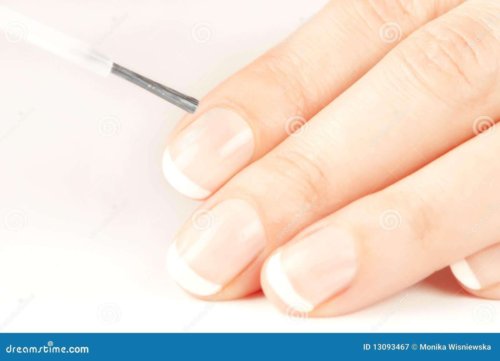 Manicurist che applica lo smalto di chiodo di sguardo naturale