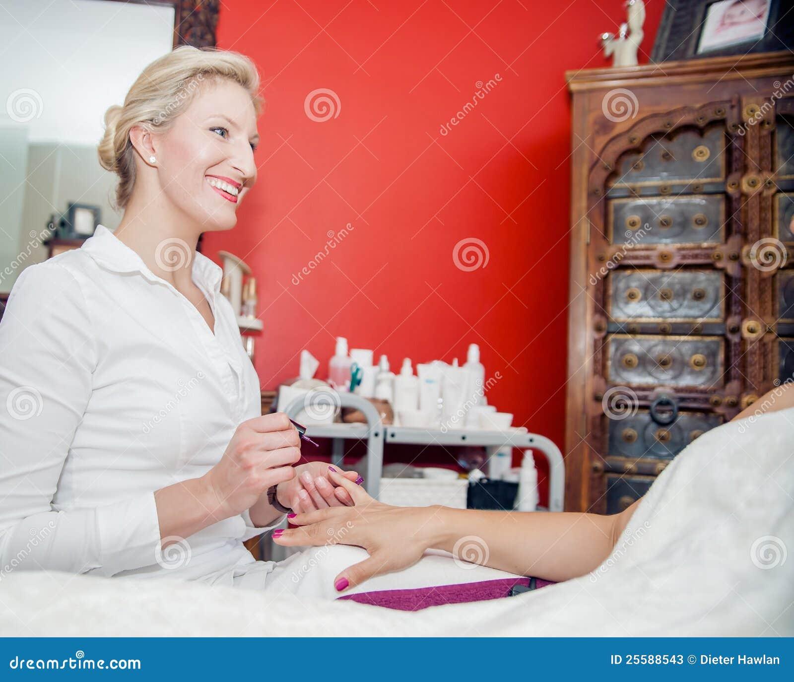 Manicurist på arbete