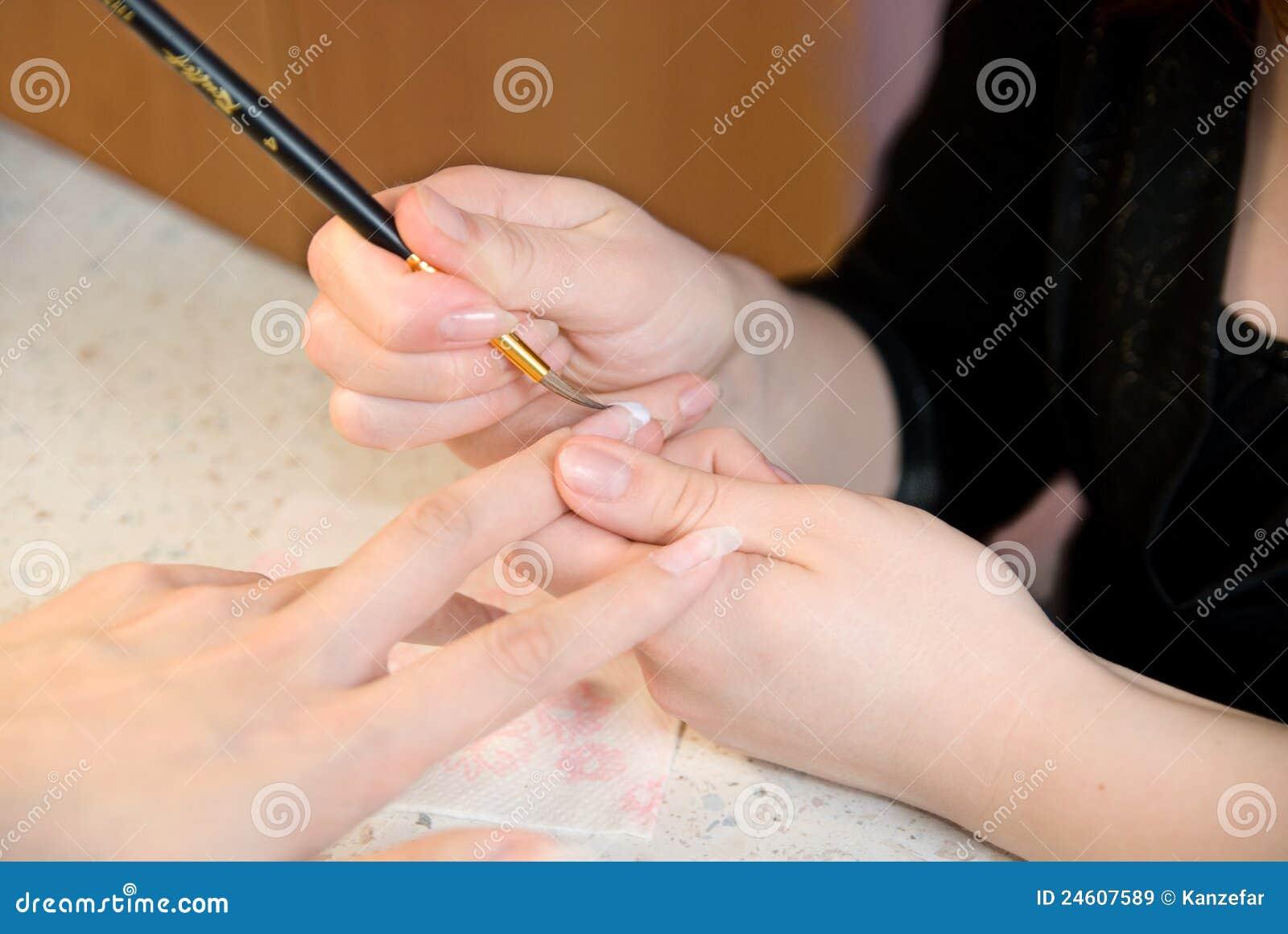 Manicurist som behandlar beställare på skönhetsalongen