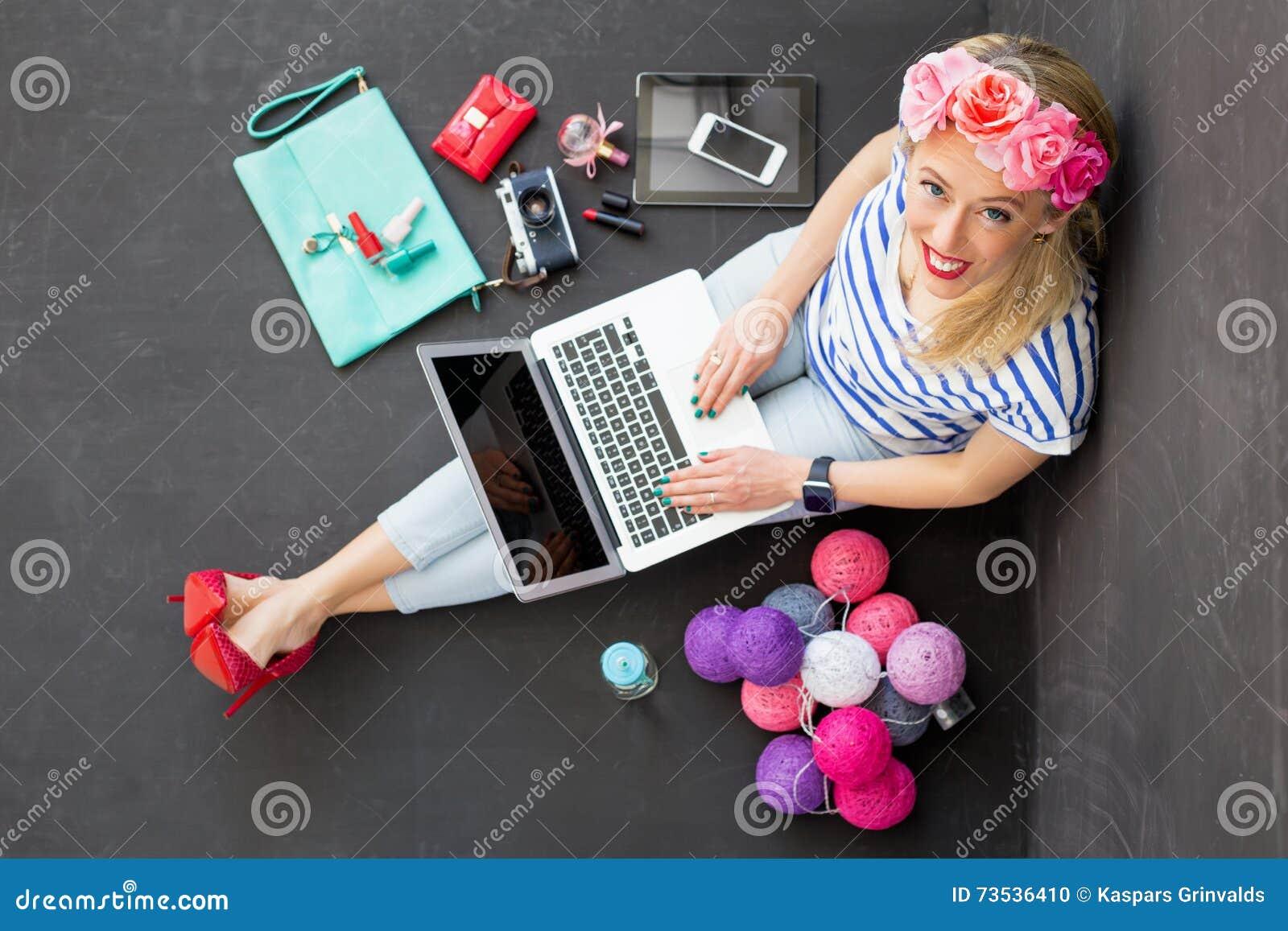Manier blogger met computer die omhoog eruit zien