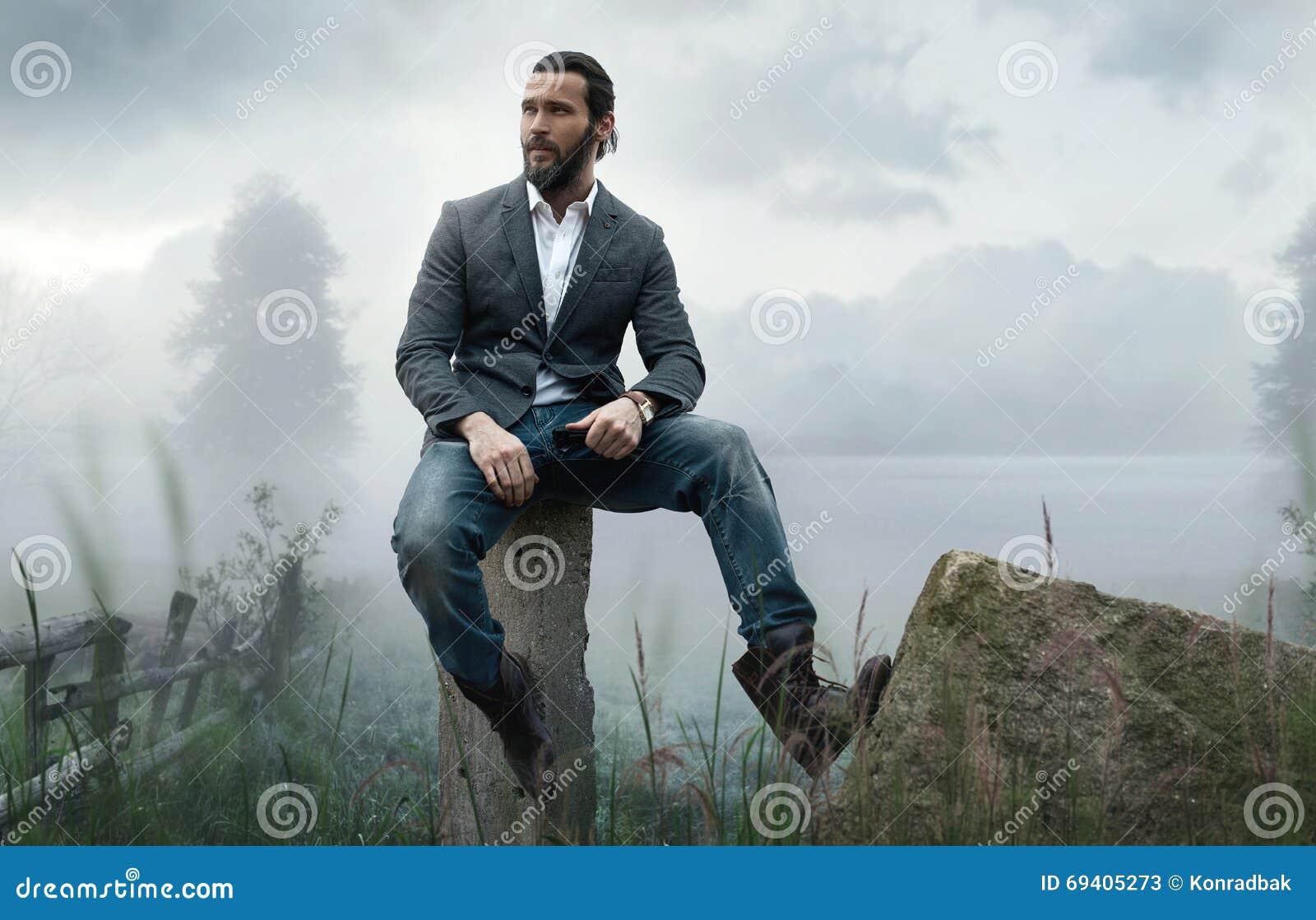 Manier openluchtfoto van de modieuze knappe mens