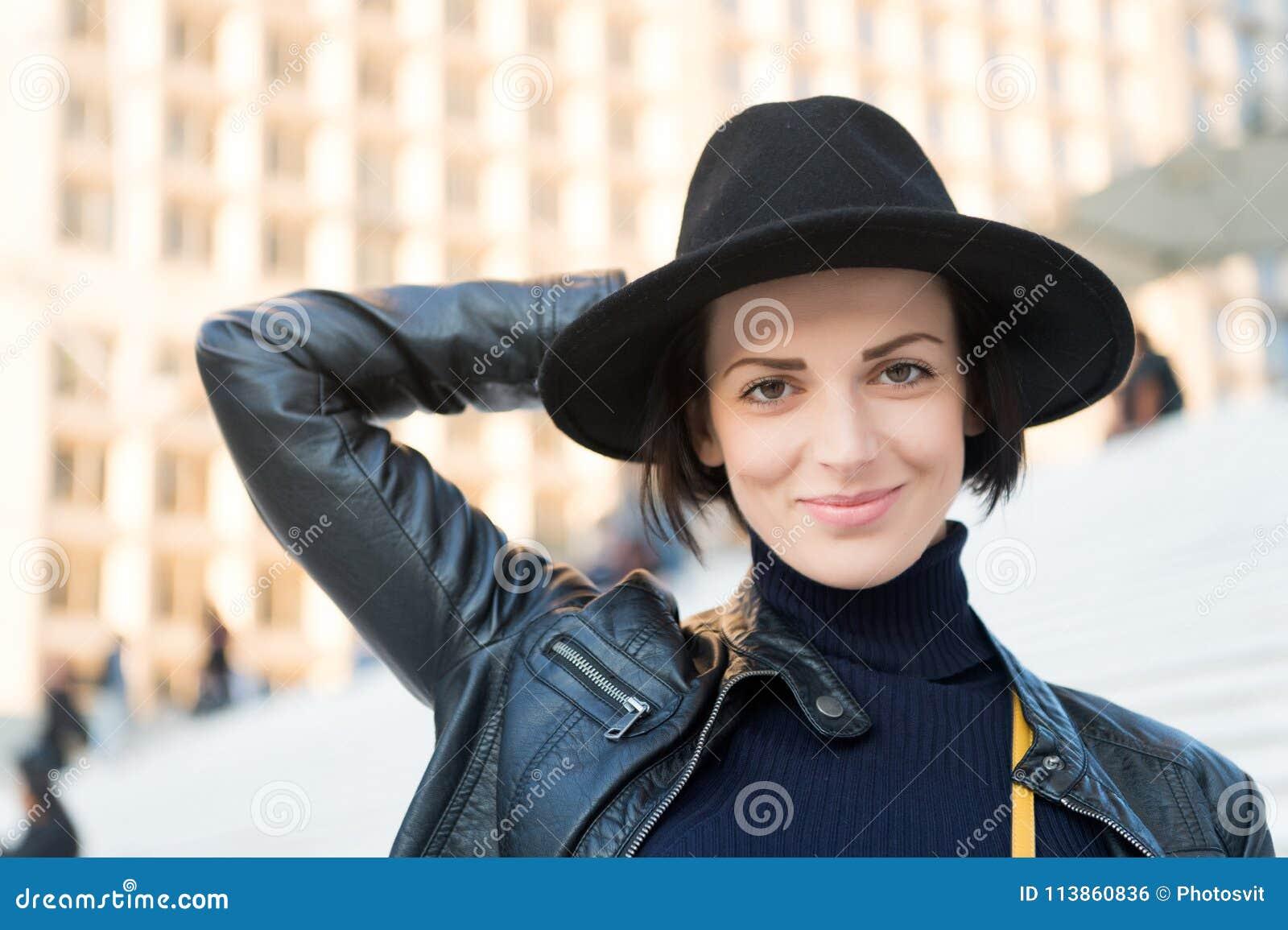 Manier, toebehoren, stijl Sensuele vrouw met donkerbruin haar, kapsel De schoonheid, ziet, make-up eruit Skincare, de jeugd, gezi