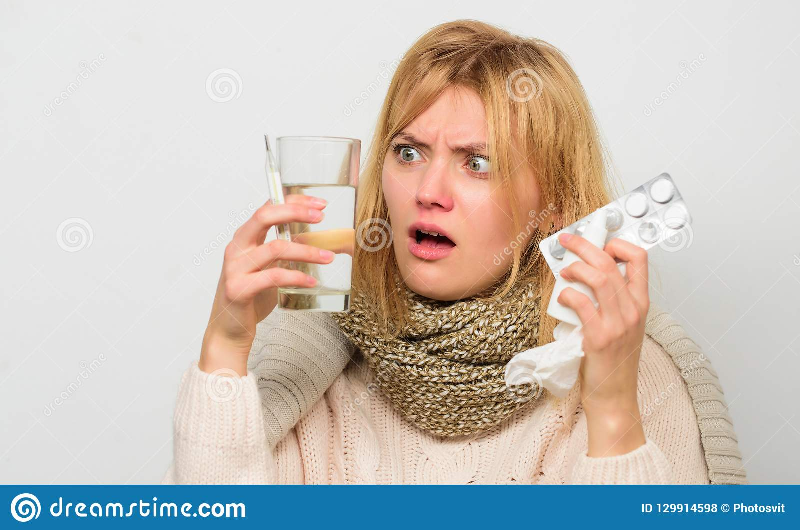 Manieren om de betere snelle remedies van het Griephuis te voelen Doe griep van de hand De warme sjaal van de vrouwenslijtage omd
