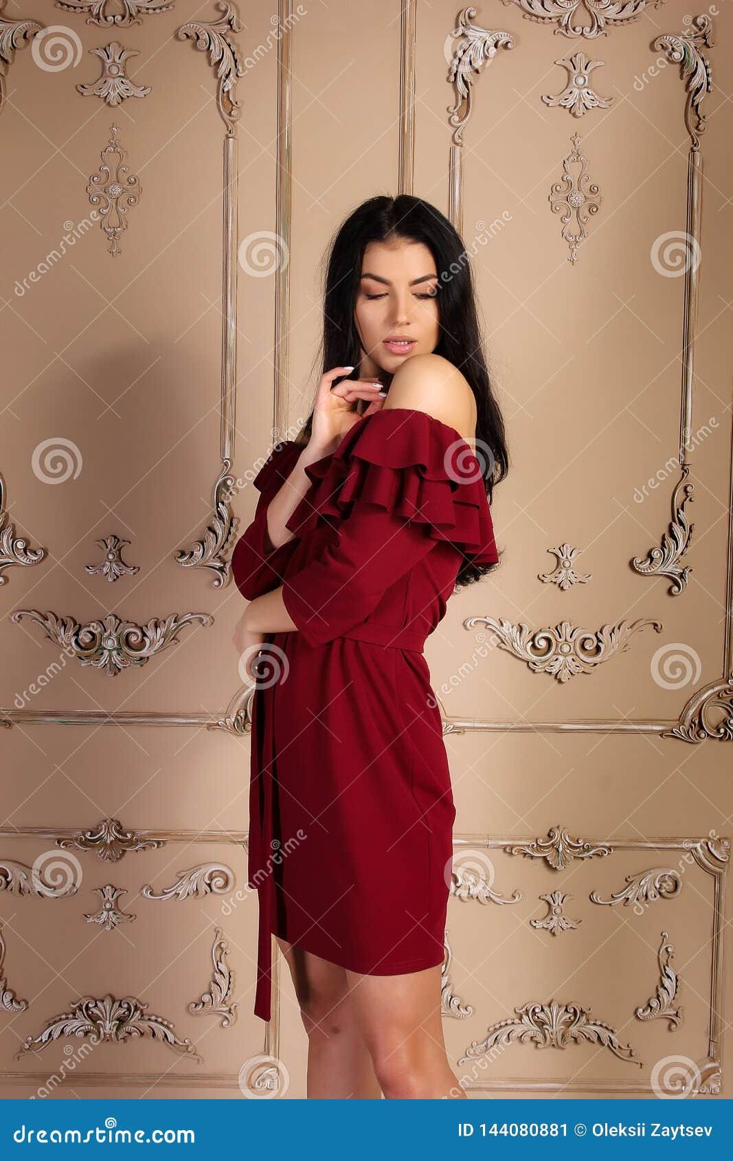 Manierfoto van jong mooi vrouwelijk model in kleding