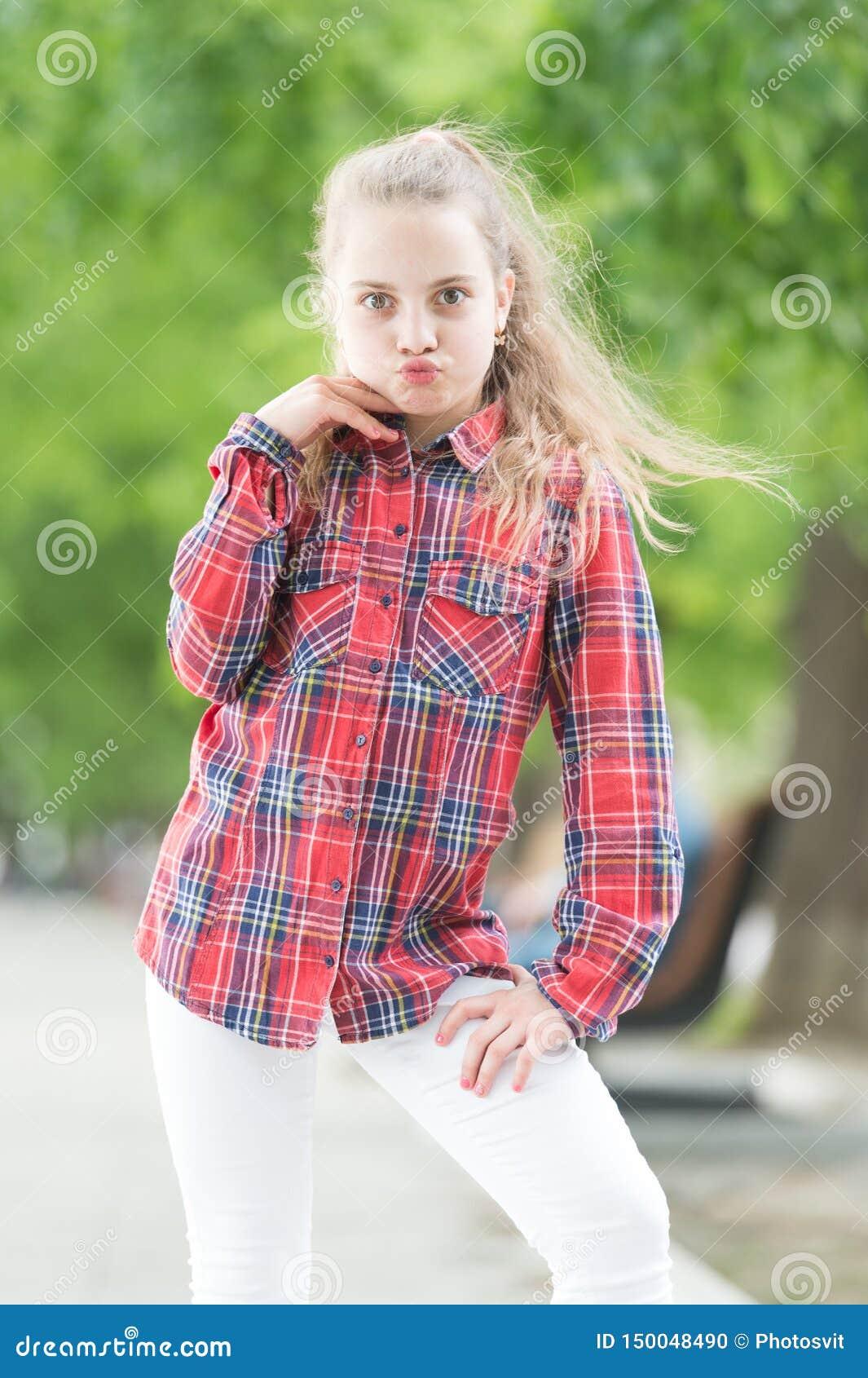 Maniergeneratie Aanbiddelijk meisje die van manier plaidoverhemd op de zomerdag dragen Modieus weinig kind in toevallig