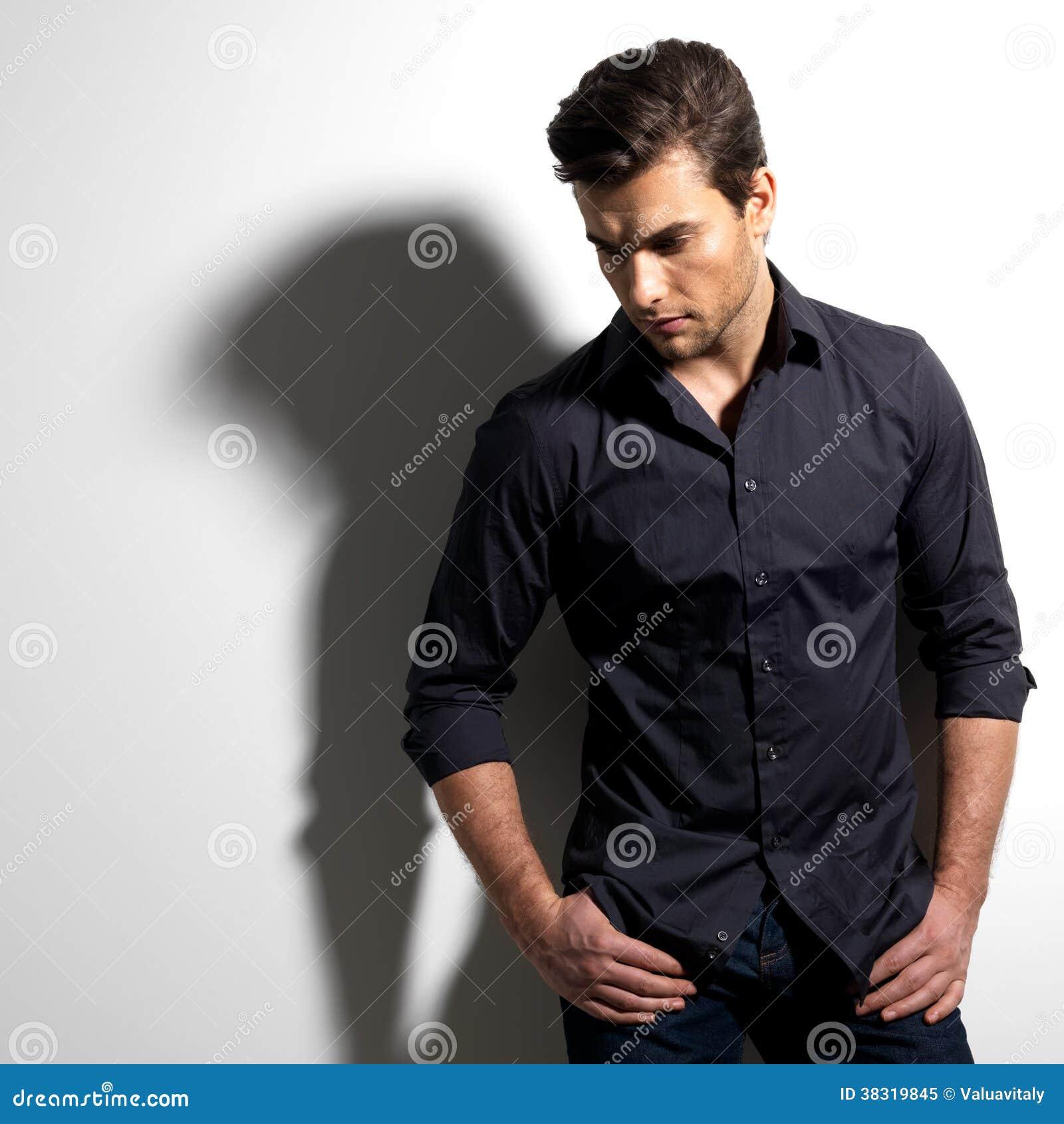 Manierportret van de jonge mens in zwart overhemd