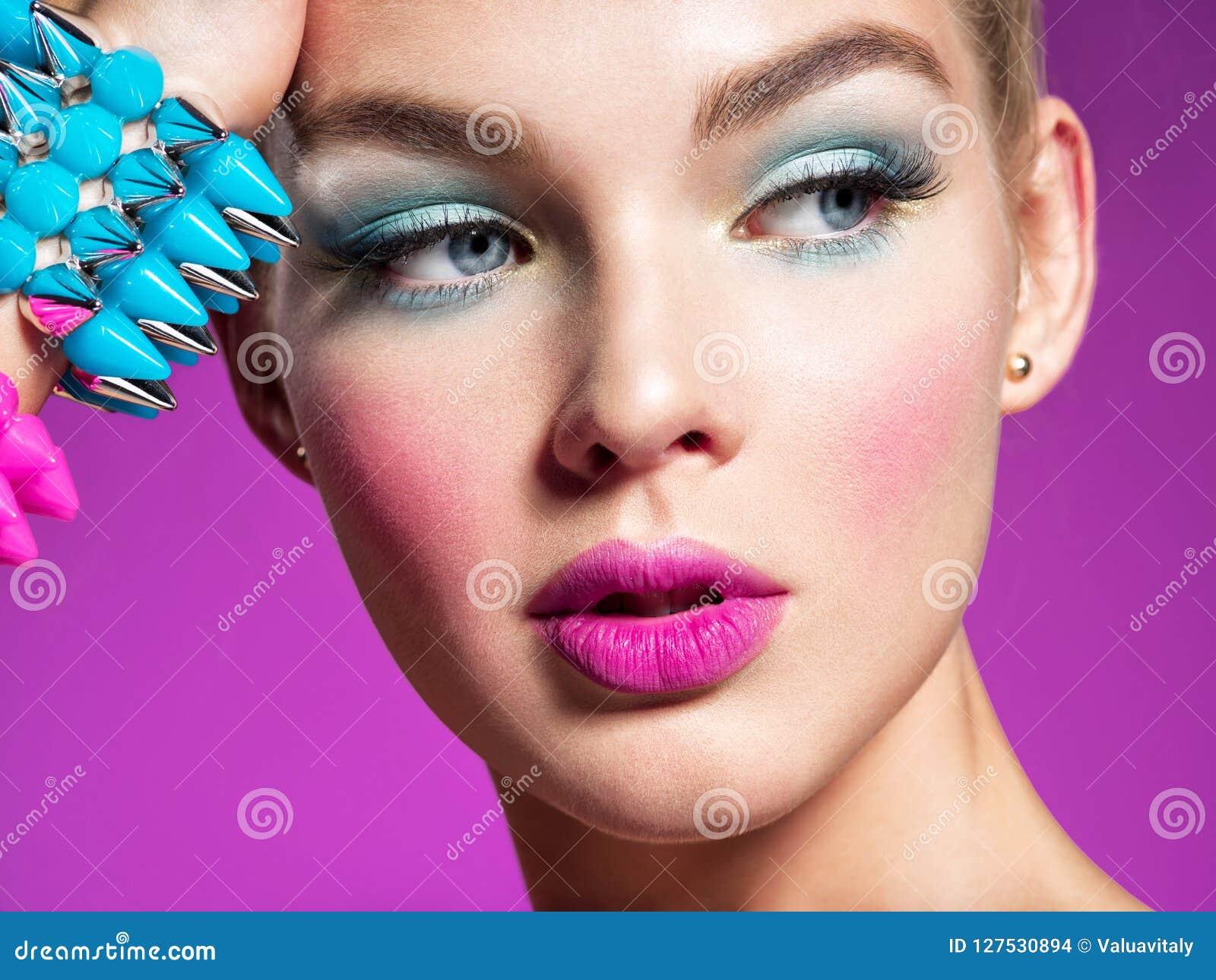 Manierportret van een mooie vrouw met heldere make-up