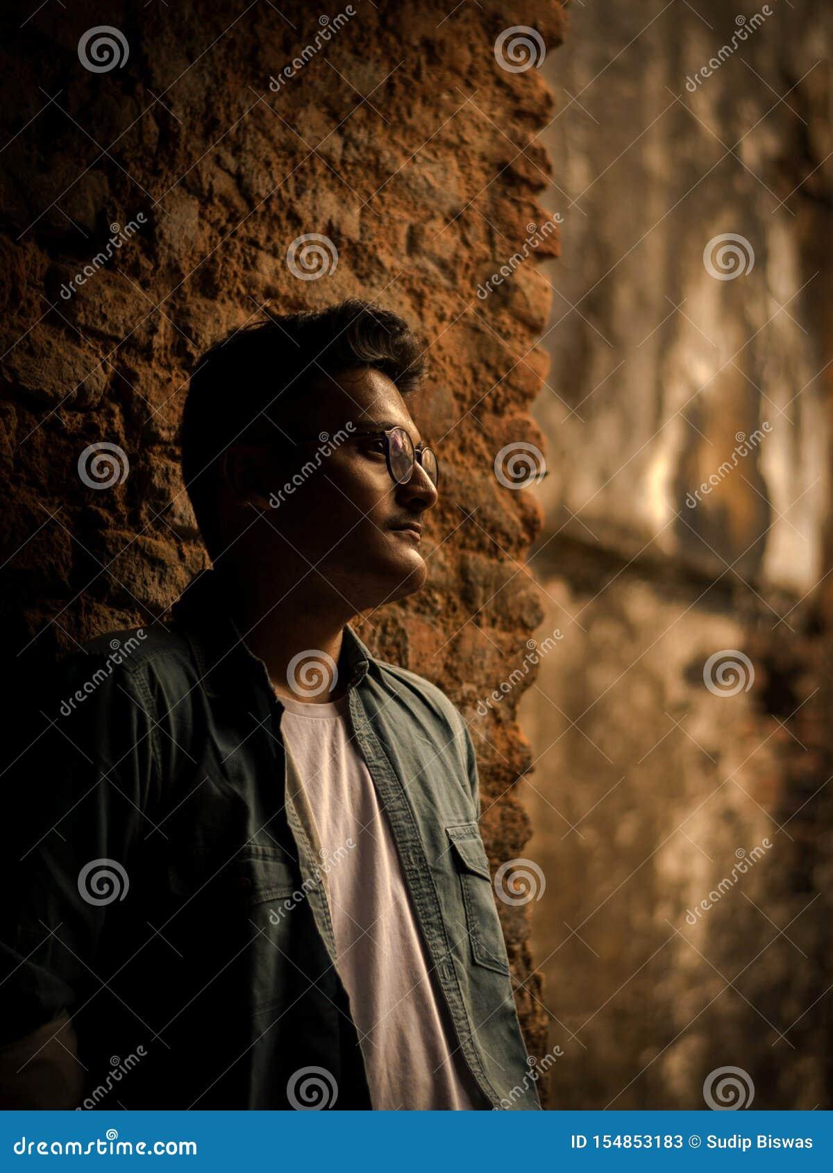 Manierportret van Indische Kerel op de voorzijde van oude buildingTAKI RAJBARI