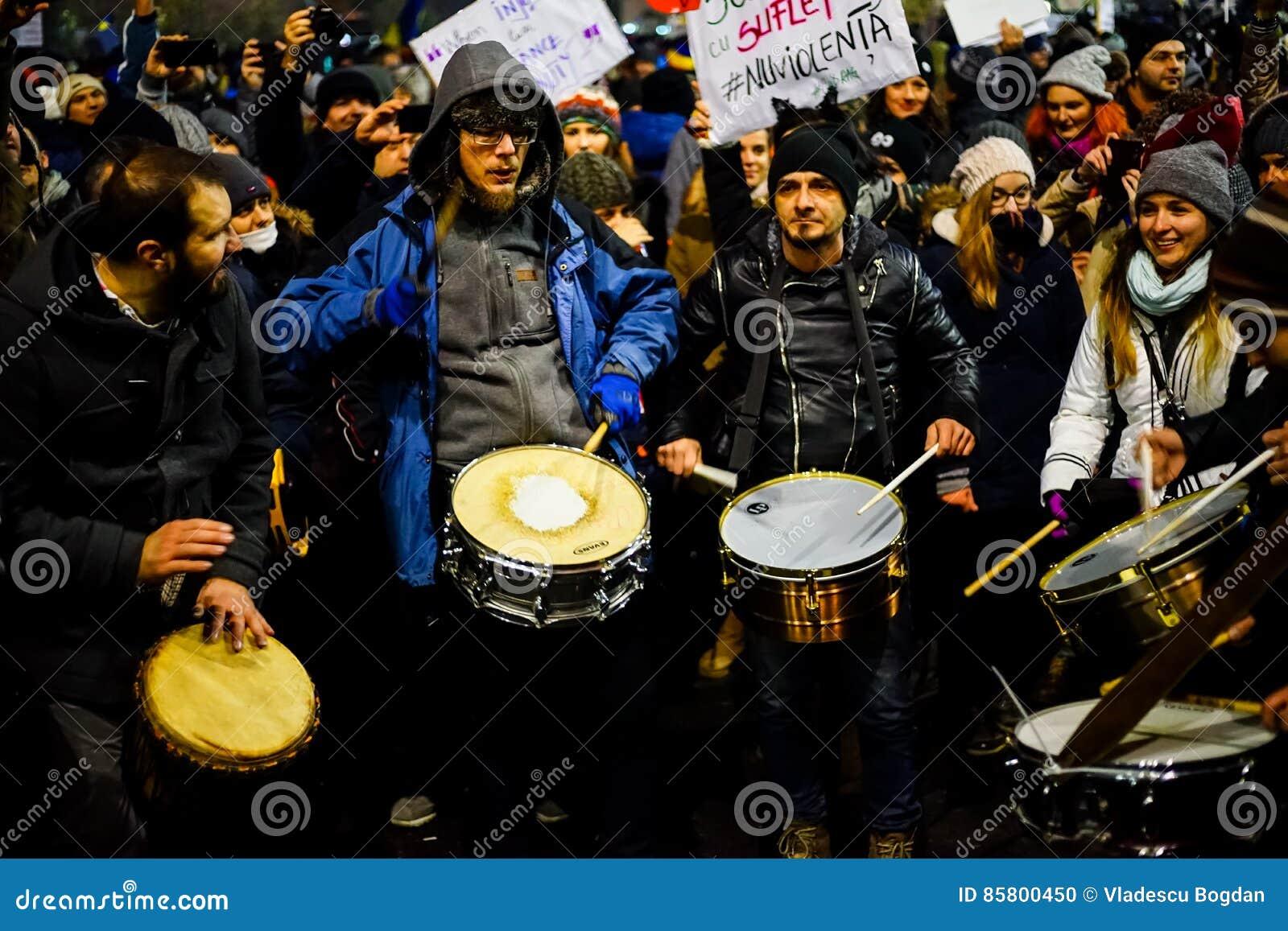 Manifestantes con los tambores contra el decreto de la corrupción, Rumania