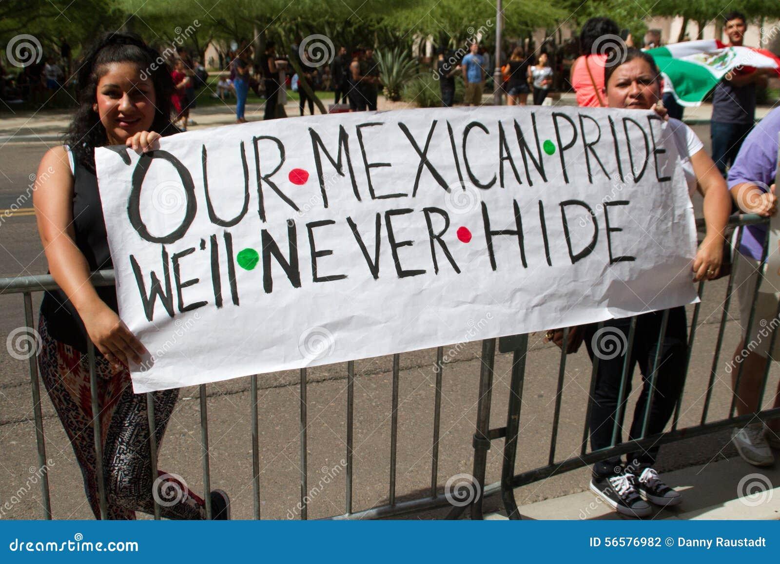 Manifestantes en la primera reunión de la campaña presidencial de Donald Trump en Phoenix