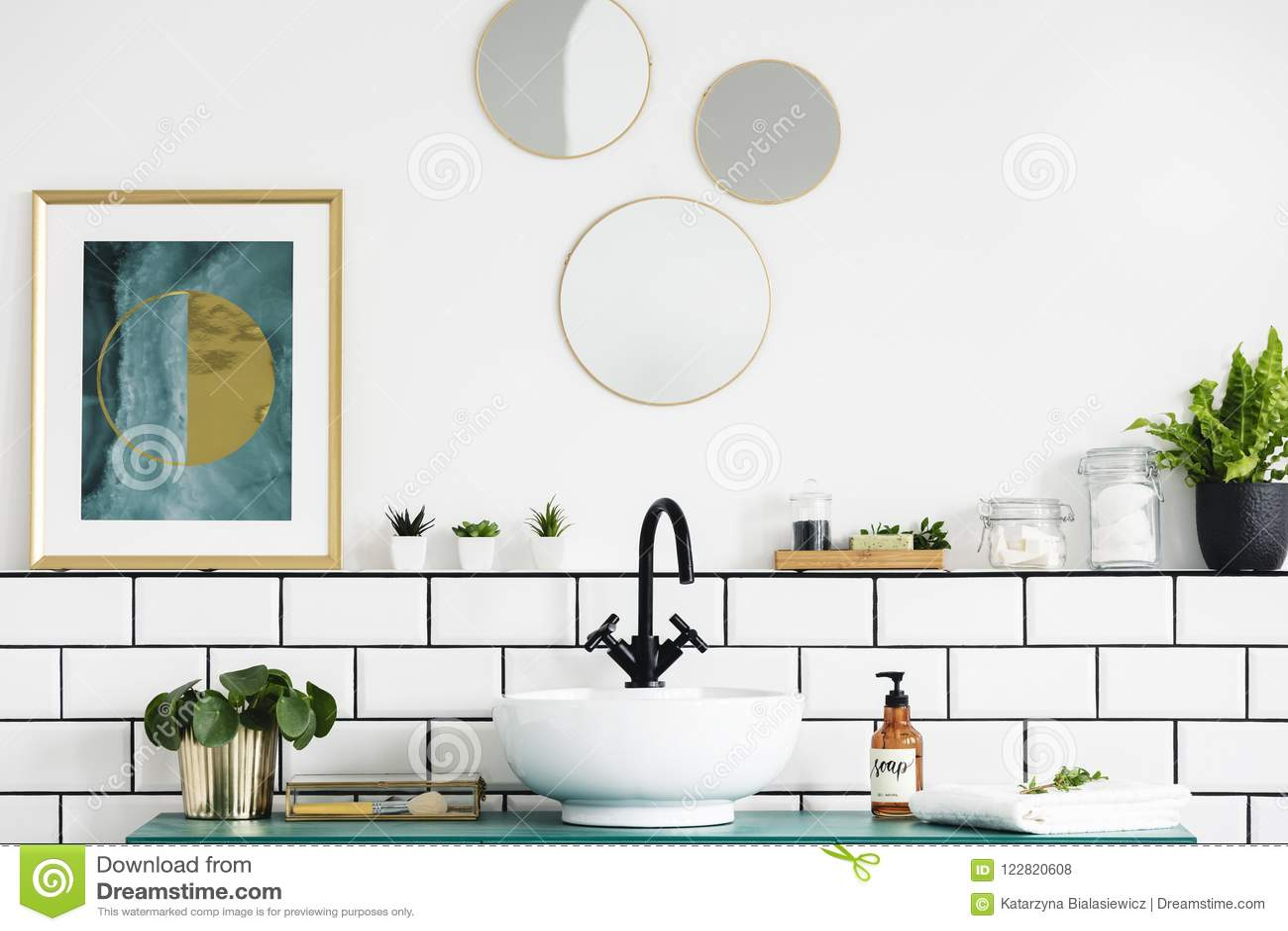 Manifesto accanto agli specchi rotondi sopra il lavandino e la pianta nell interno bianco del bagno Foto reale