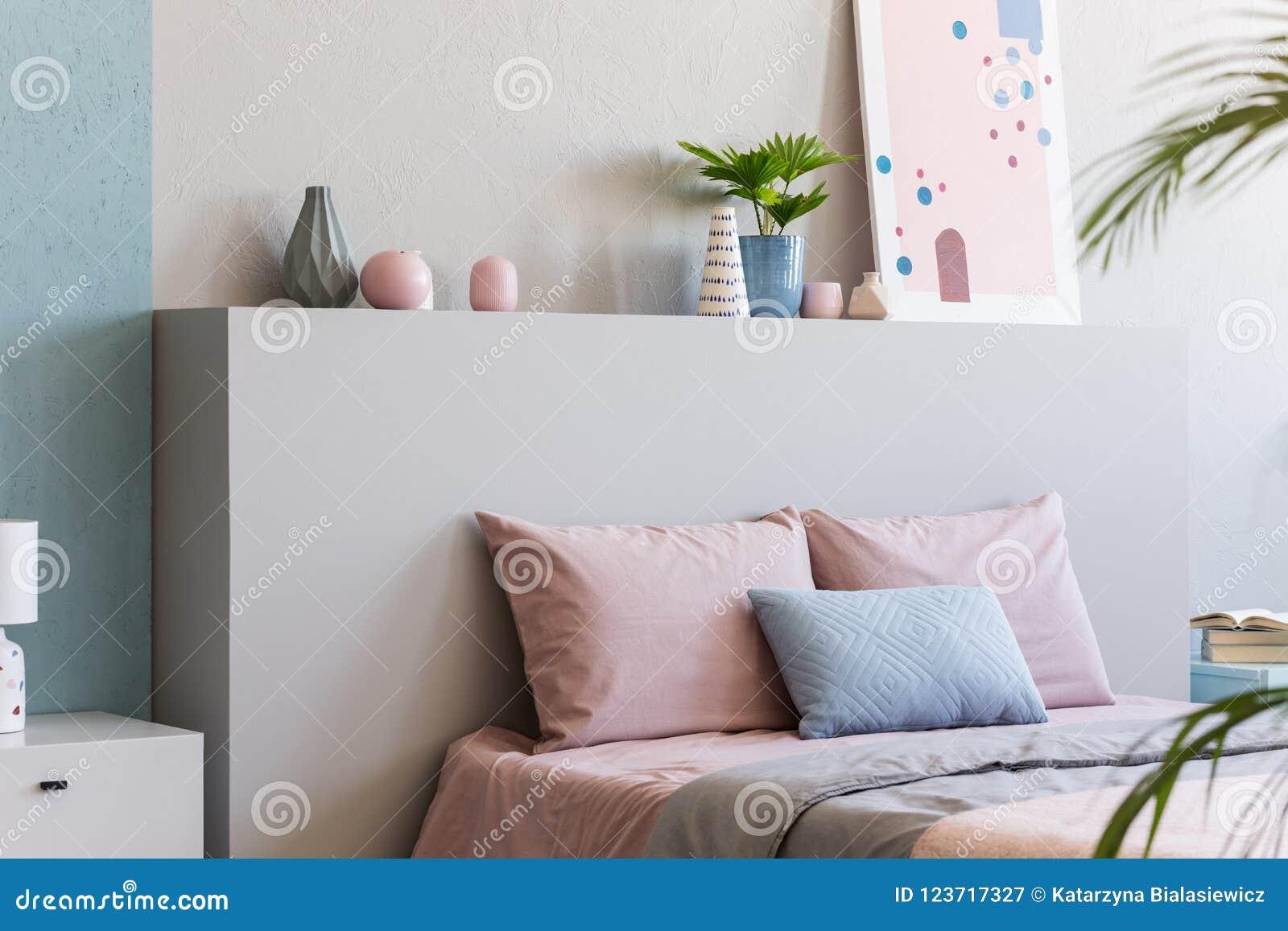 Manifesto sulla testata del letto con i cuscini rosa nellinterno